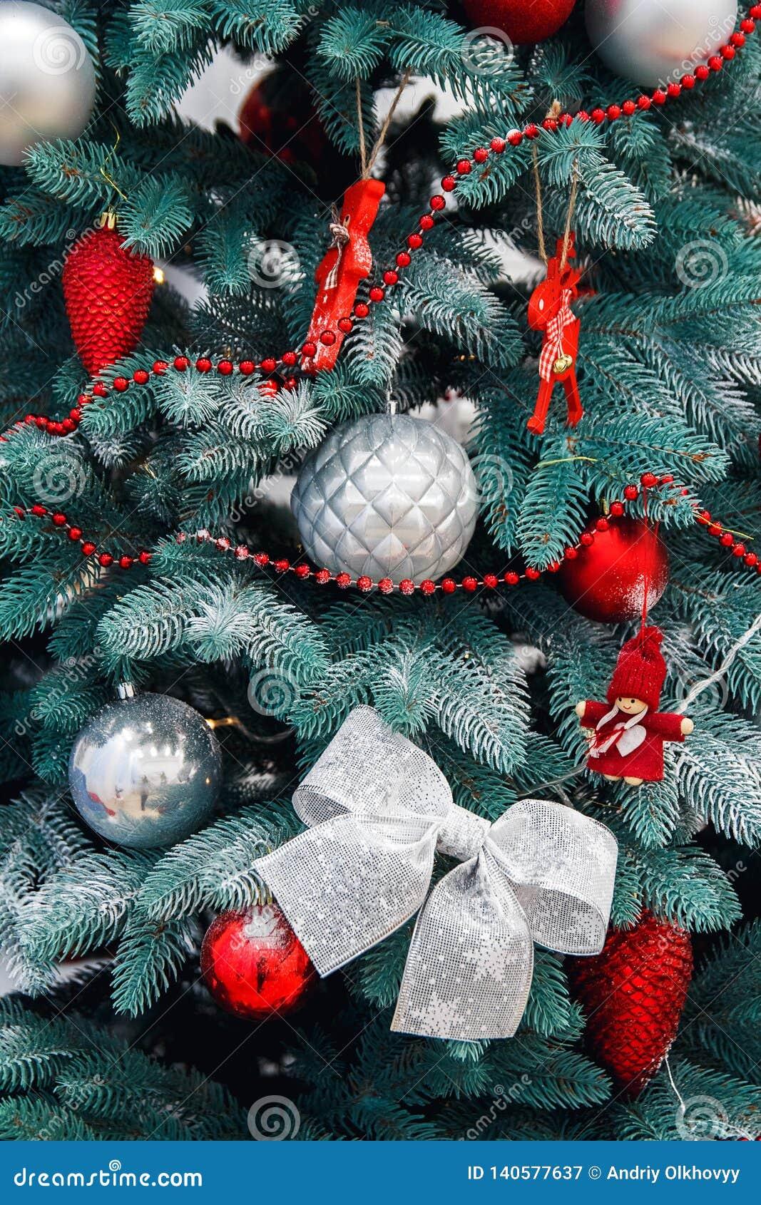 Украшенный крупный план рождественской елки Красные и золотые шарики и загоренная гирлянда с электрофонарями Макрос безделушек Но