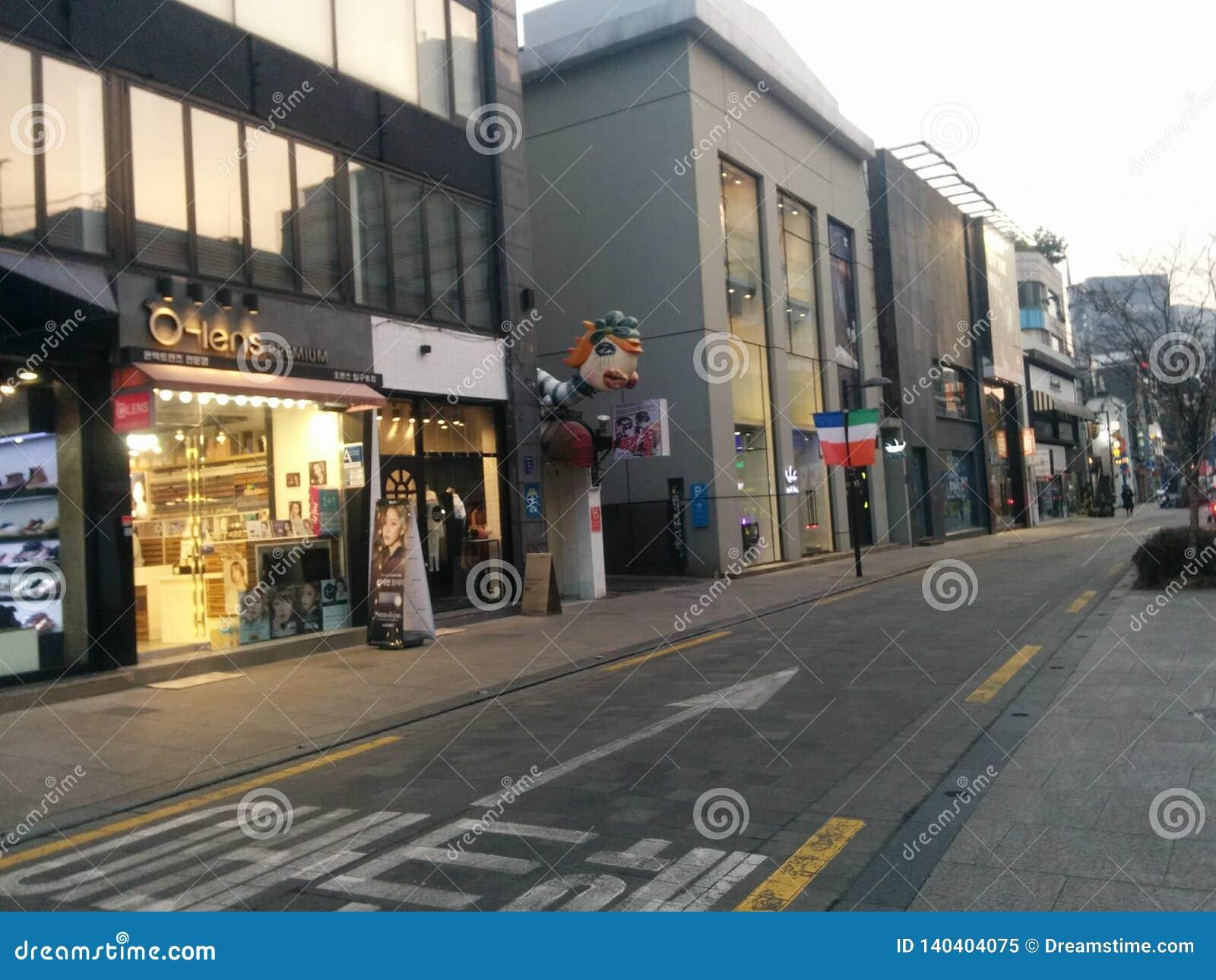 Улица Apgujeong на заходе солнца