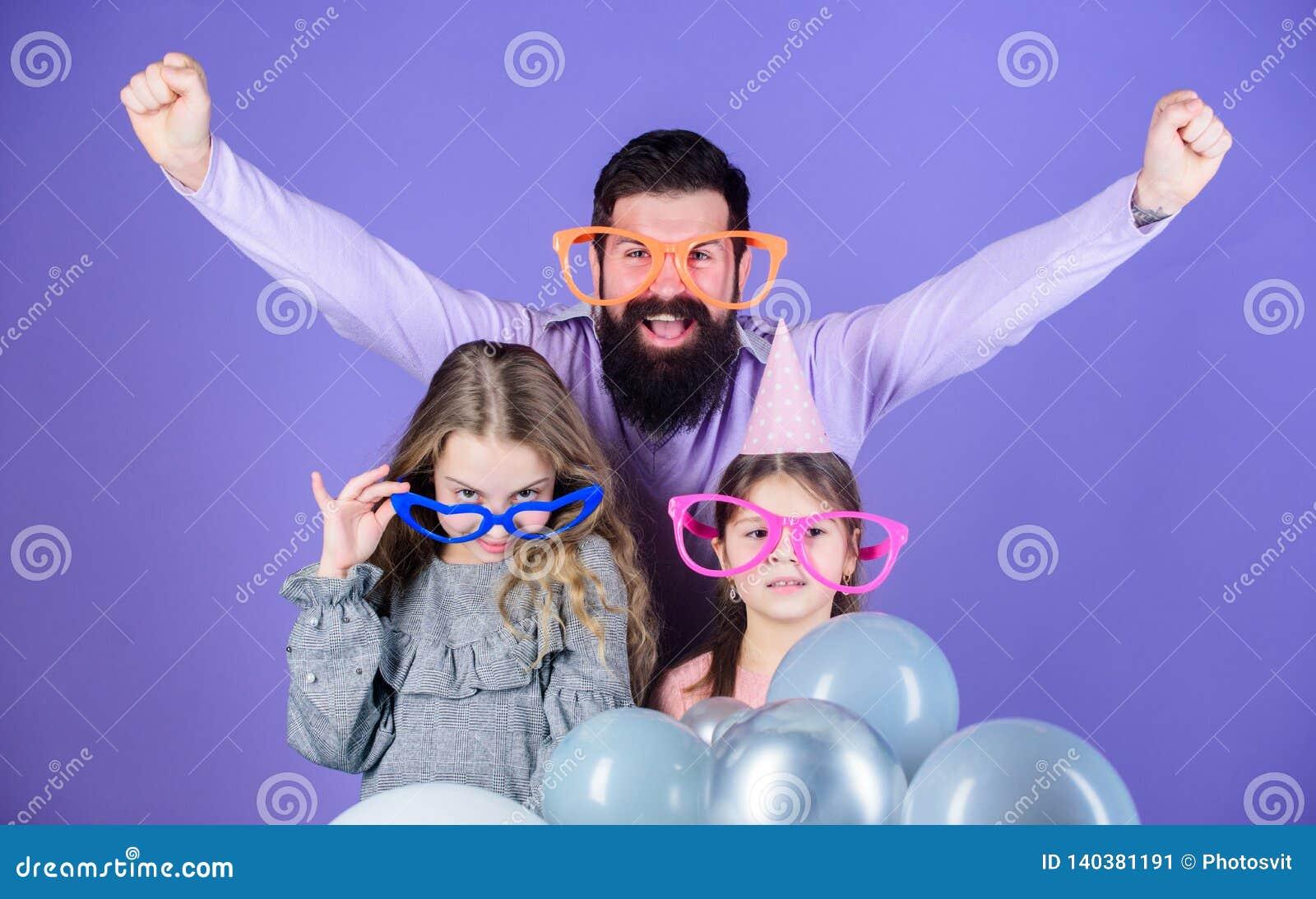 Удовольствие не может ждать семьи детей много семьи счастливые мое портфолио 2 Семья отца и дочерей нося причудливые стекла Отец