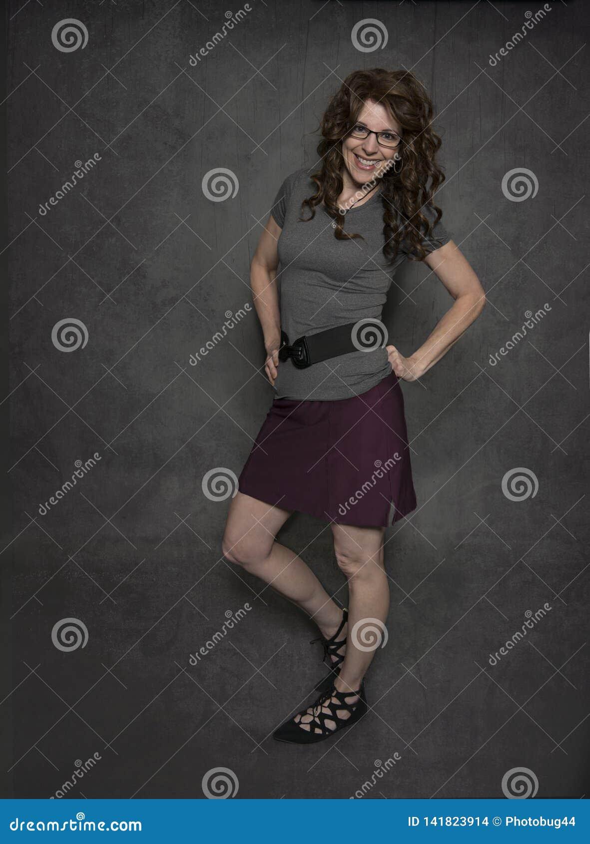 Усмехаясь зрелая женщина в ее за пятьдесят