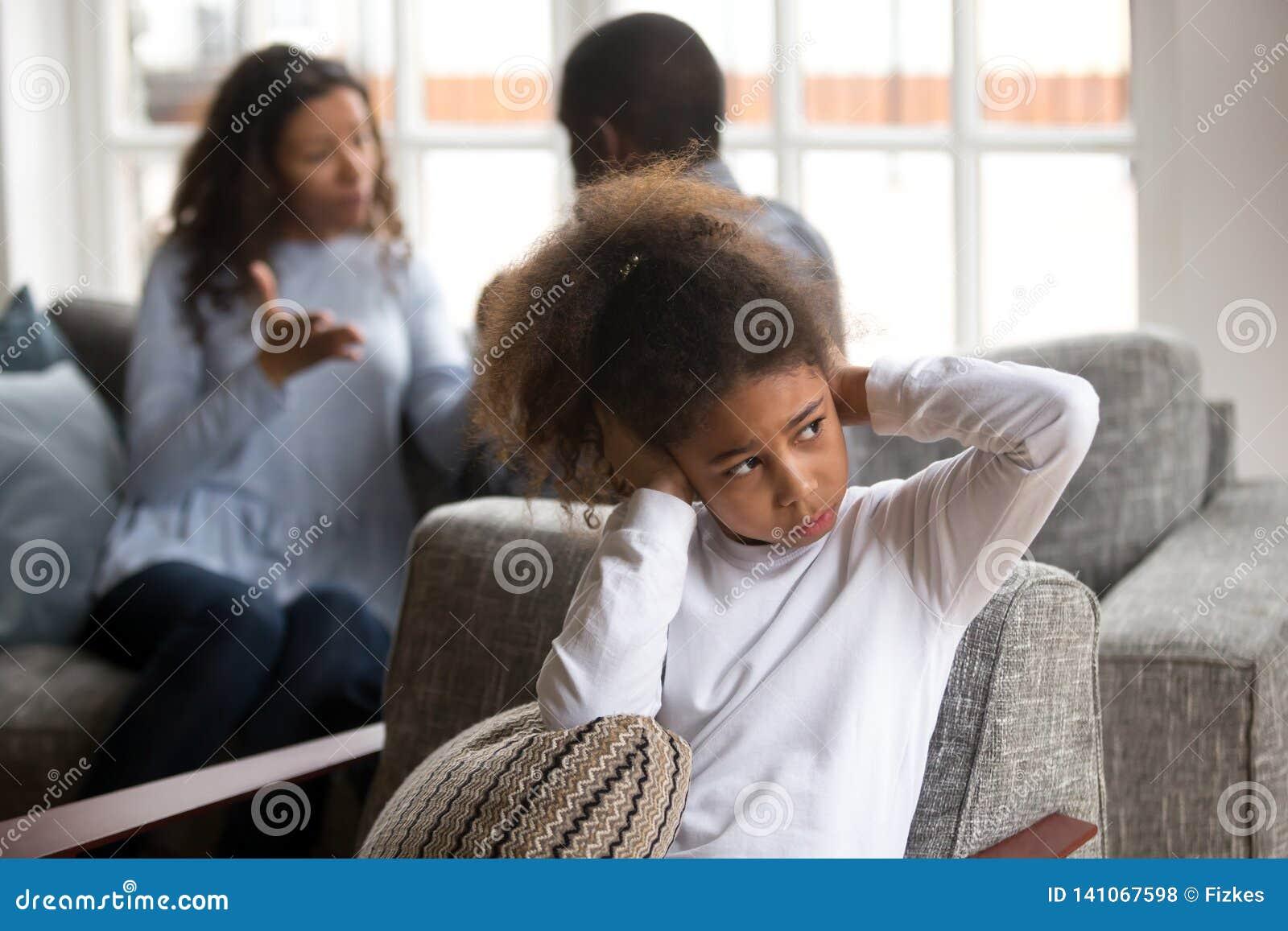 Уши крышки девушки осадки небольшие черные избегая конфликта семьи