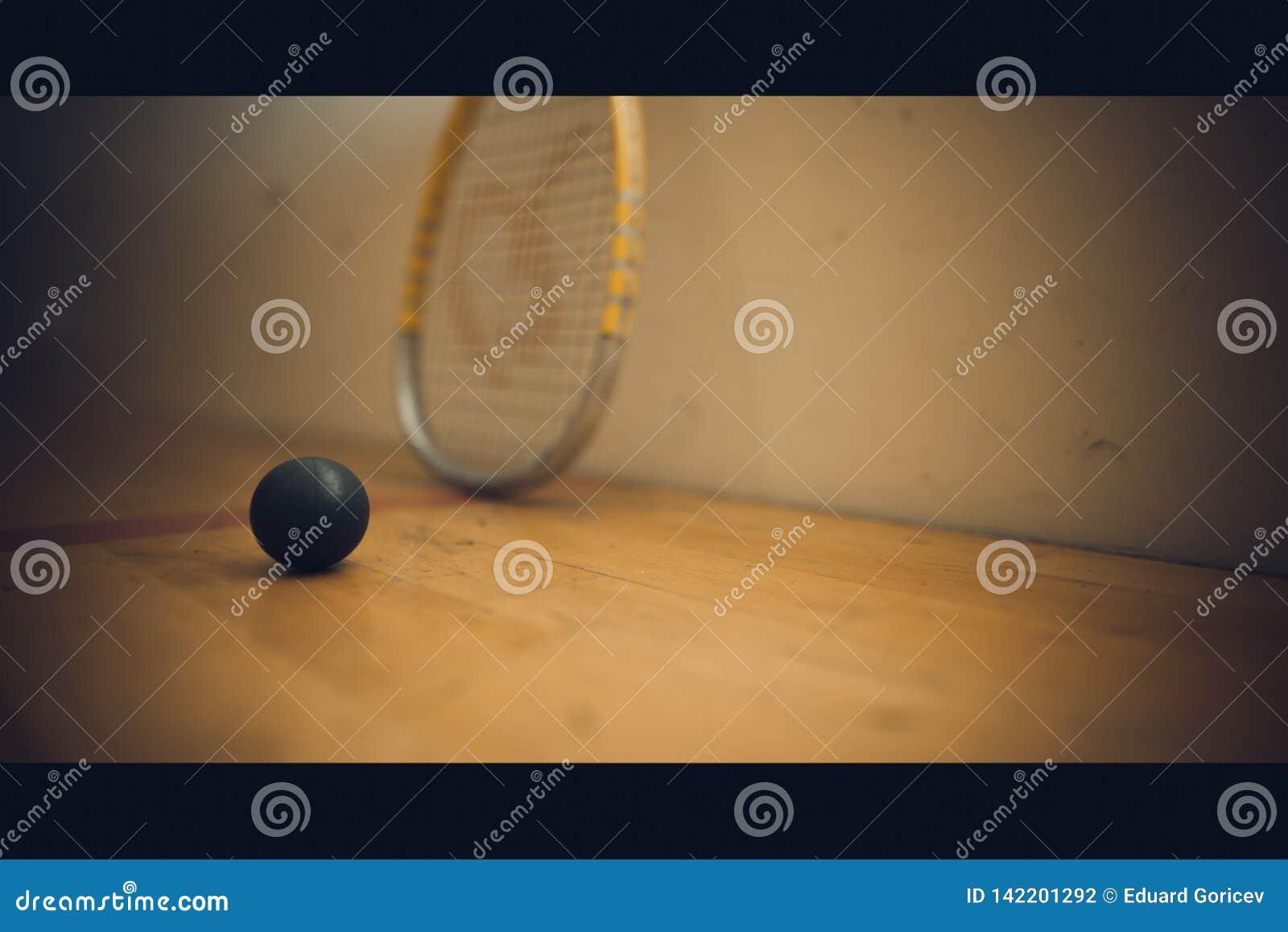 Шарик сквоша на суде с ракеткой сквоша готовой для игры