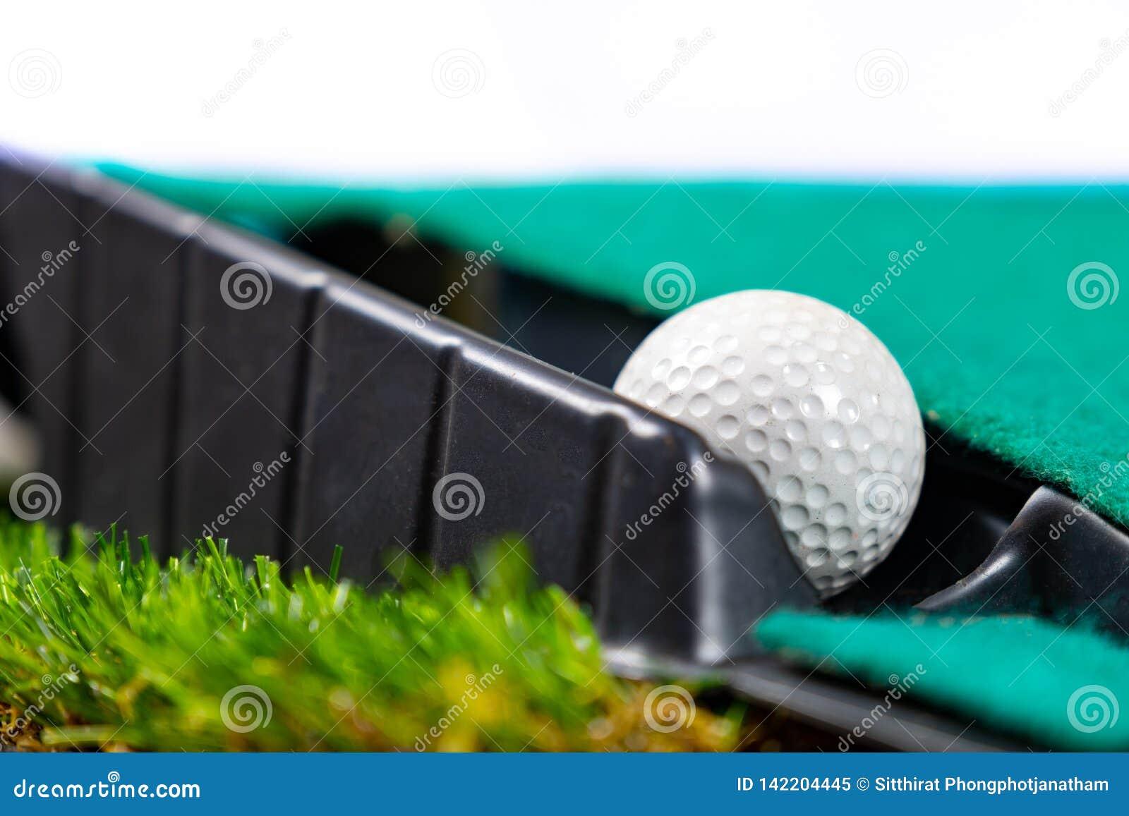 Шар для игры в гольф на установке циновки
