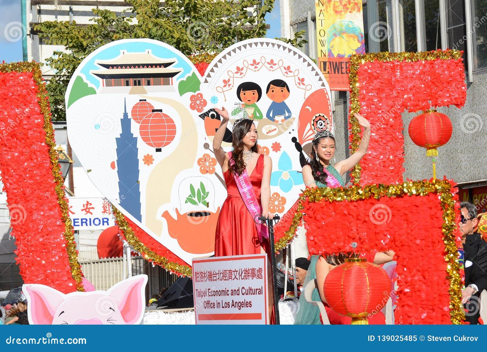 Тайванец Америка госпожи на поплавке Тайбэя экономическом и культурном офиса на параде Нового Года Лос-Анджелеса китайском