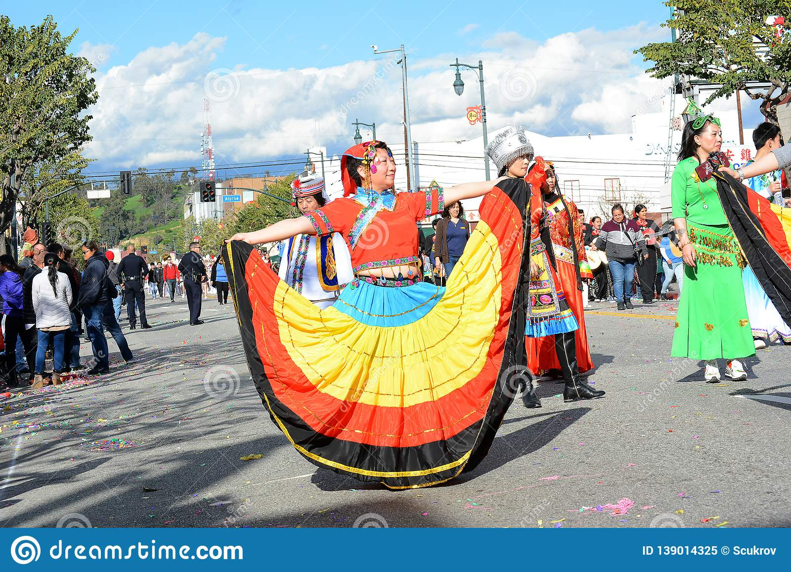Тайские женщины в костюме trditional на параде Нового Года Лос-Анджелеса китайском