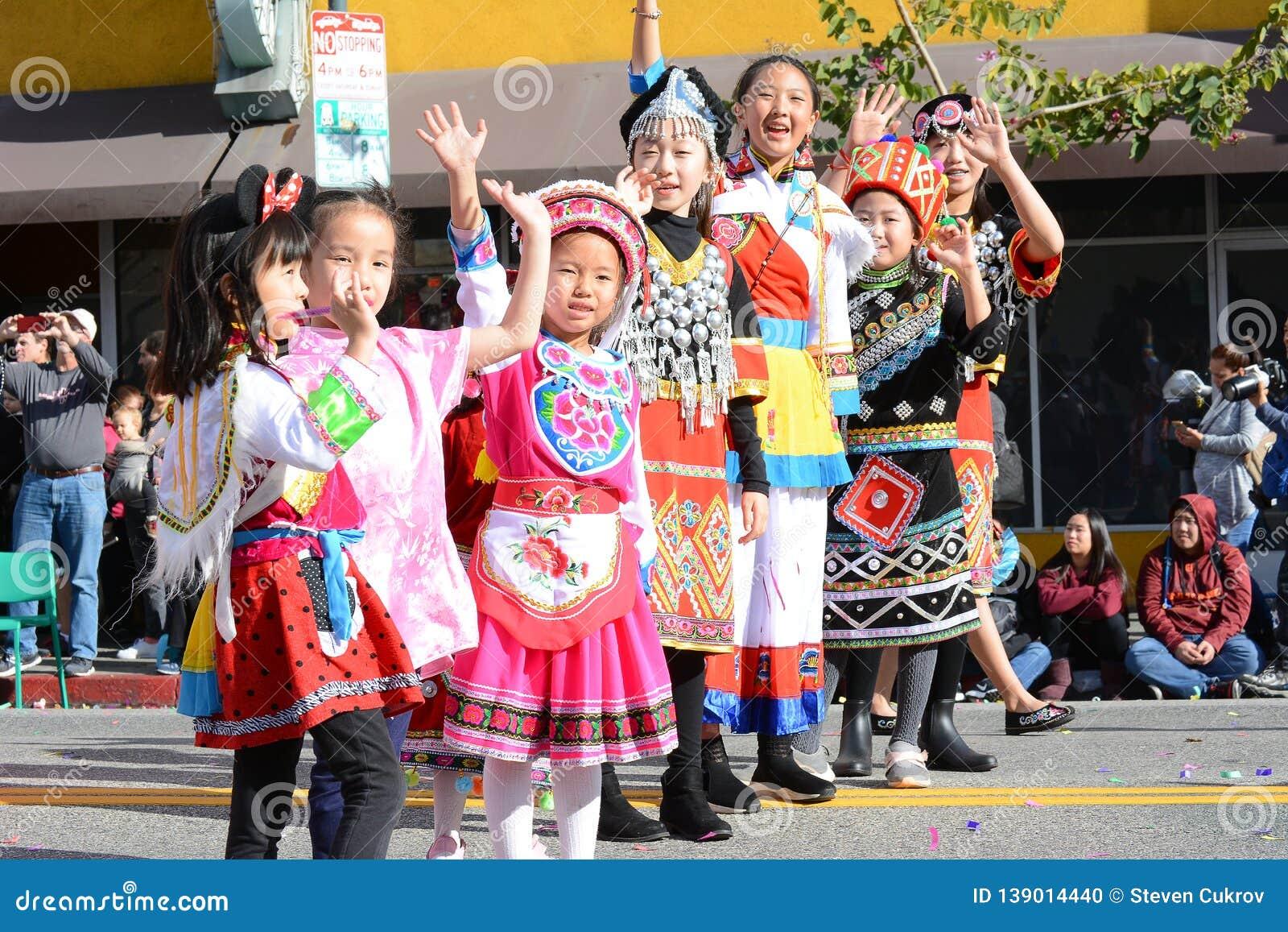Тайские дети в традиционном костюме на параде Нового Года ЛА китайском