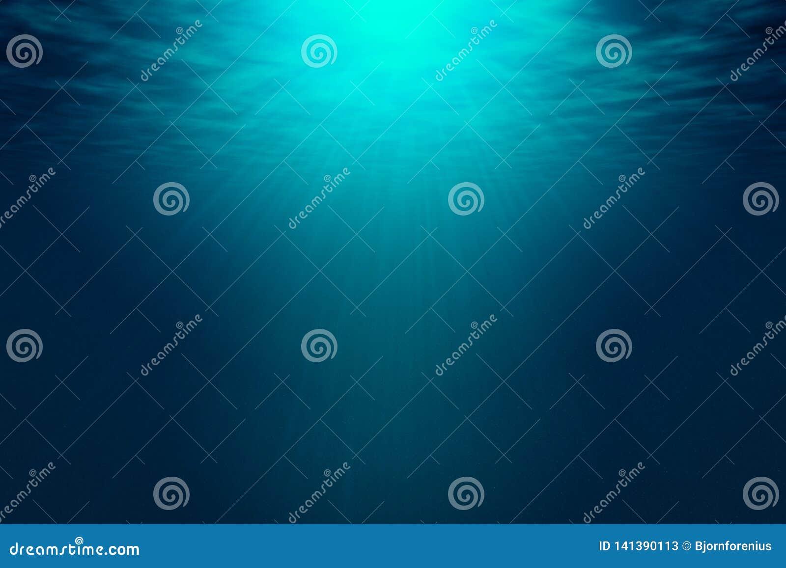 Темносинее море с лучами солнечного света, поверхности океана увиденной от подводного