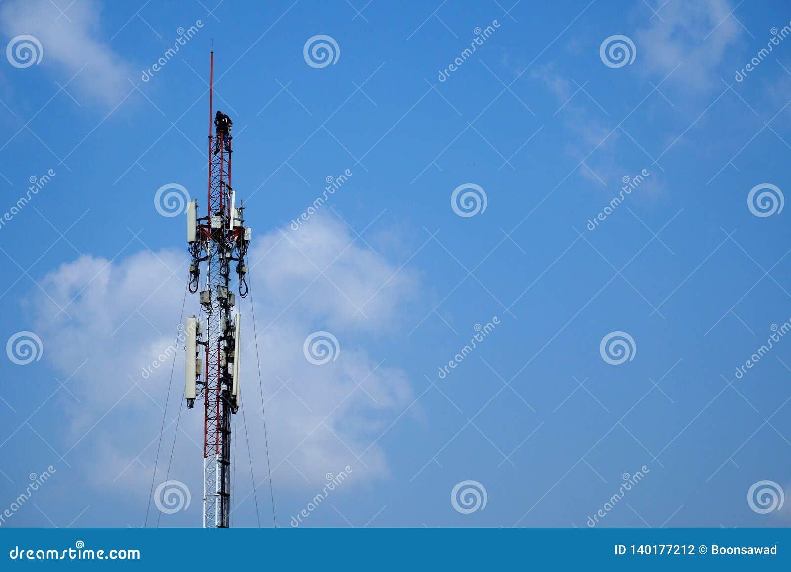 Техник работая на клетчатом поляке телекоммуникаций