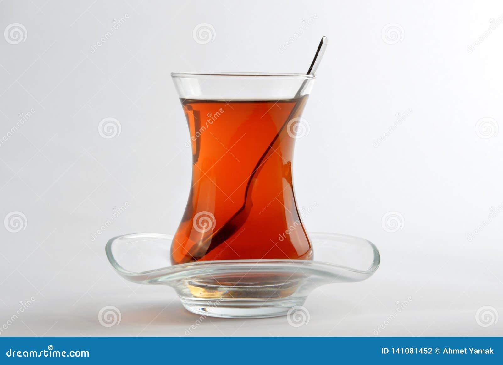 Турецкий чай изолированный на белой предпосылке