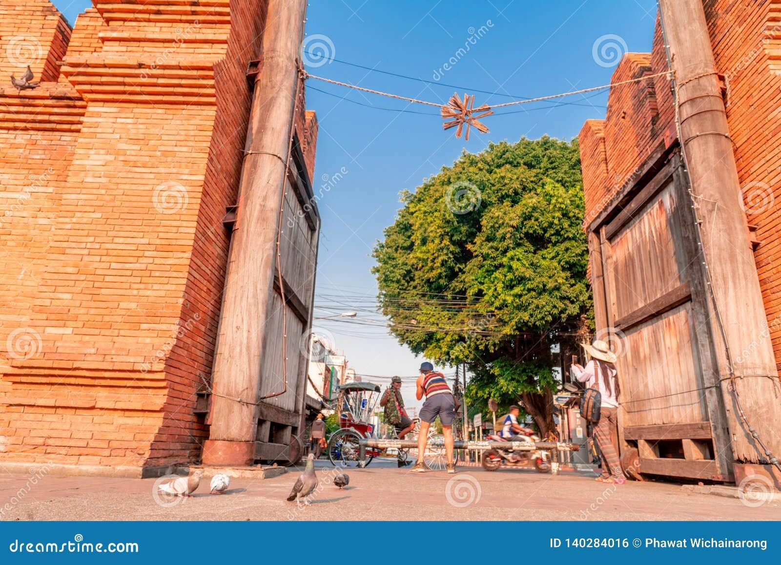 Турист снял фото профессионального фотографа который также фотографировал водитель трицикла на воротах Thapae