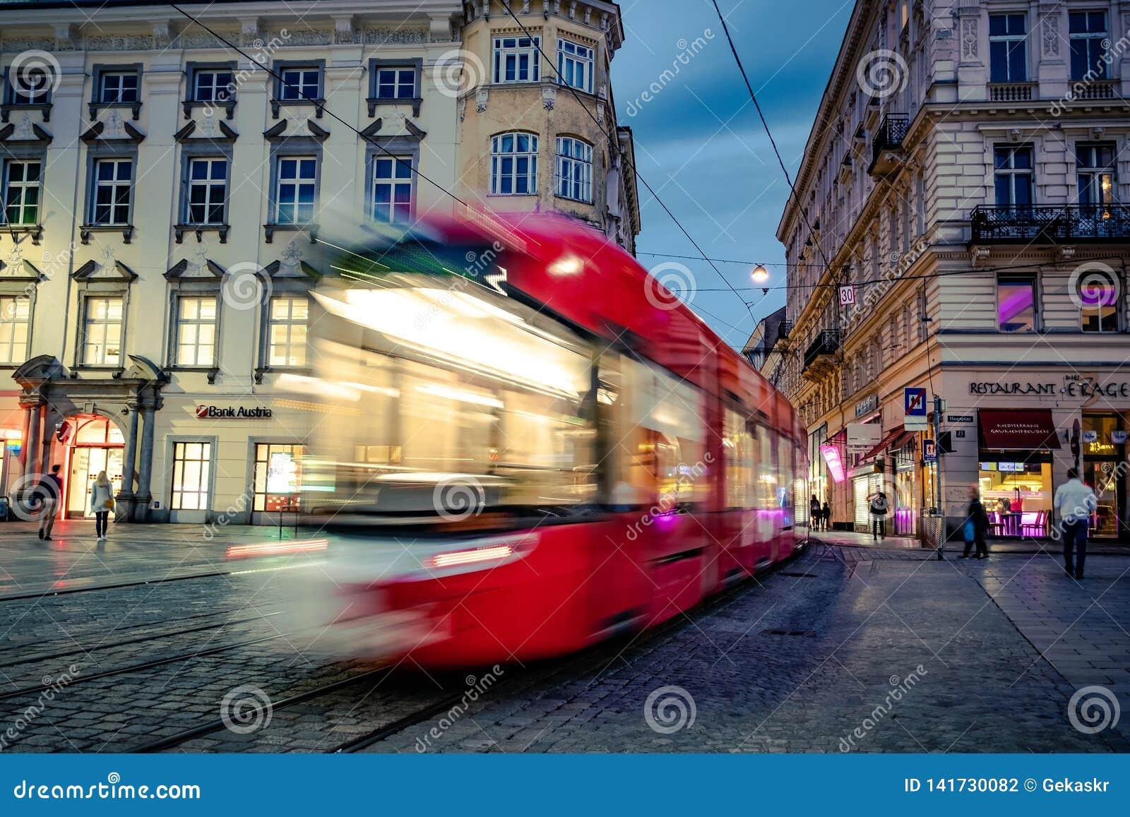 Трамвай на улице города