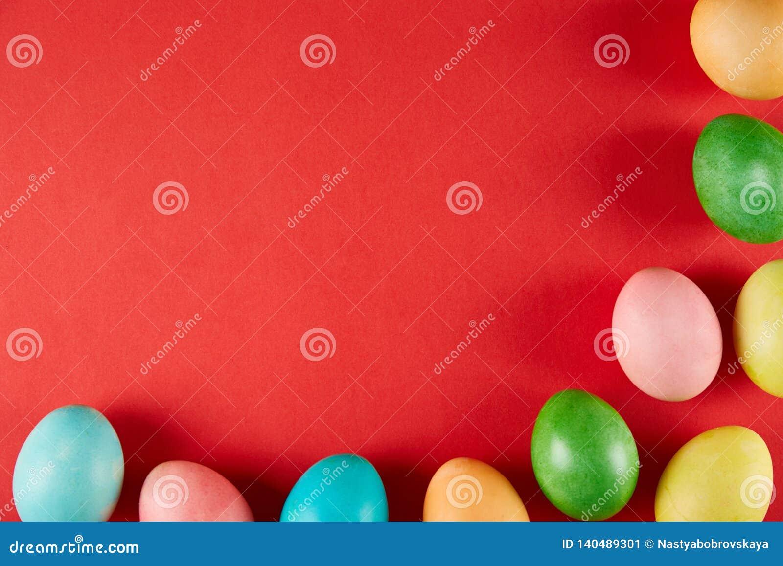 Традиционная покрашенная концепция пасхальных яя Состав взгляд сверху