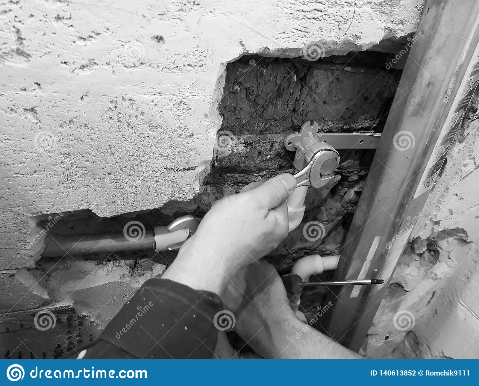 Труба и ворота пропилена в кирпичной стене - заварке пропилена