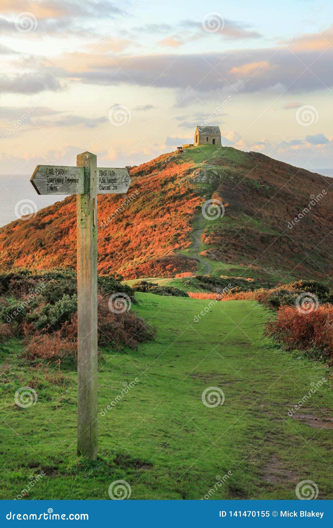 Тропа и Signage на голове Penisula Rame, водя к загубленной часовне, юго-восточный Корнуолл