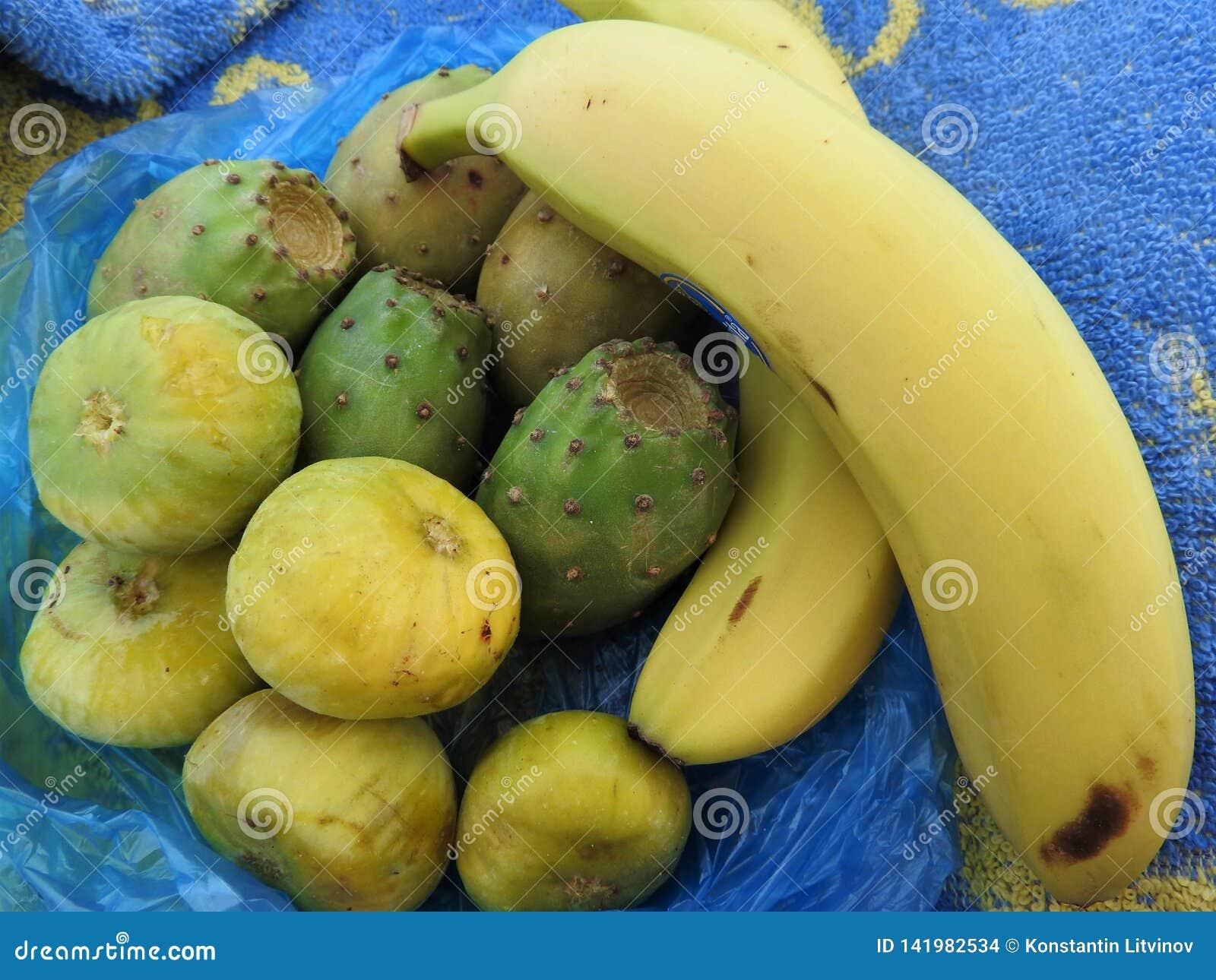 Тропические плоды в пакете на песке в Африке