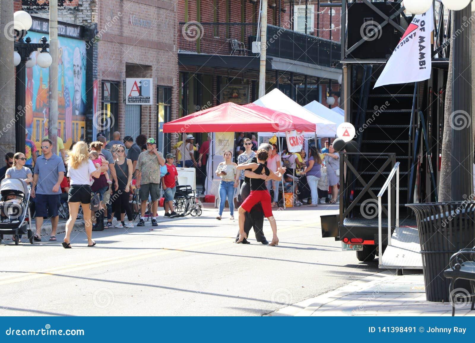 Торжество наследия города Ybor историческое с танго танцуя в улицах