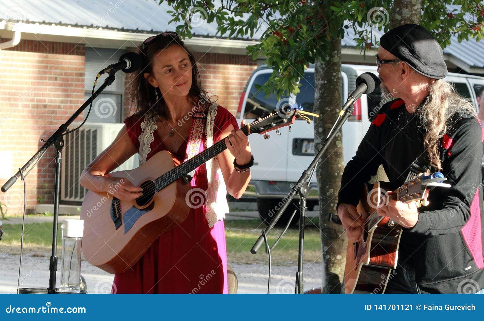 Фольклорный дуэт выполняя на акустическом музыкальном фестивале во Флориде