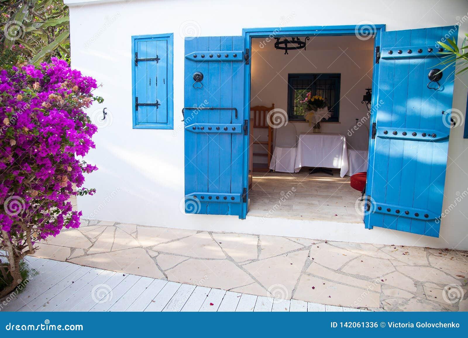 Цвет входной двери голубой небольшой церков, Кипра, июня 2019