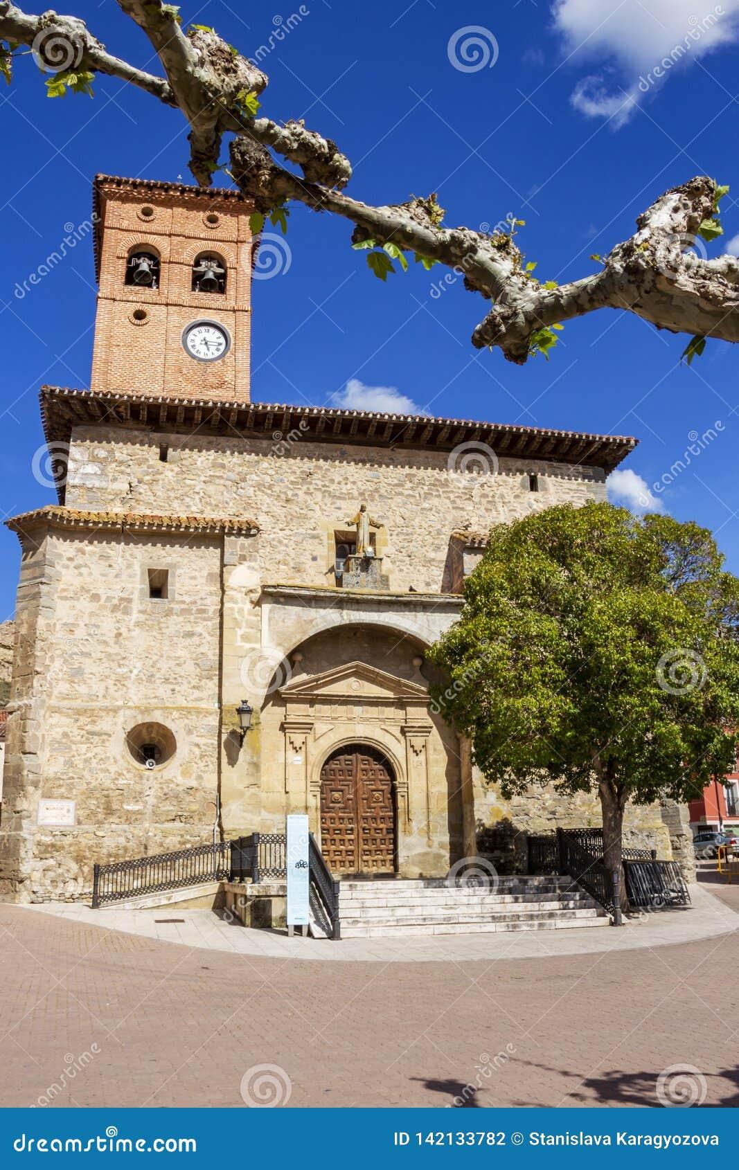 Церковь San Pedro на мэре или главной площади площади в Belorado, Бургосе, Кастилии y Леон, Испании