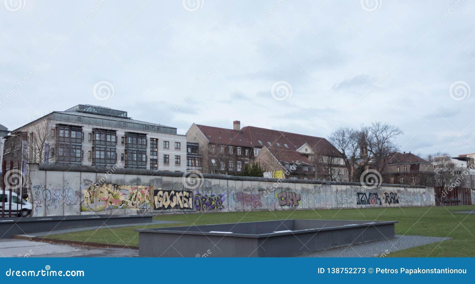 Часть Берлинской стены в зиме