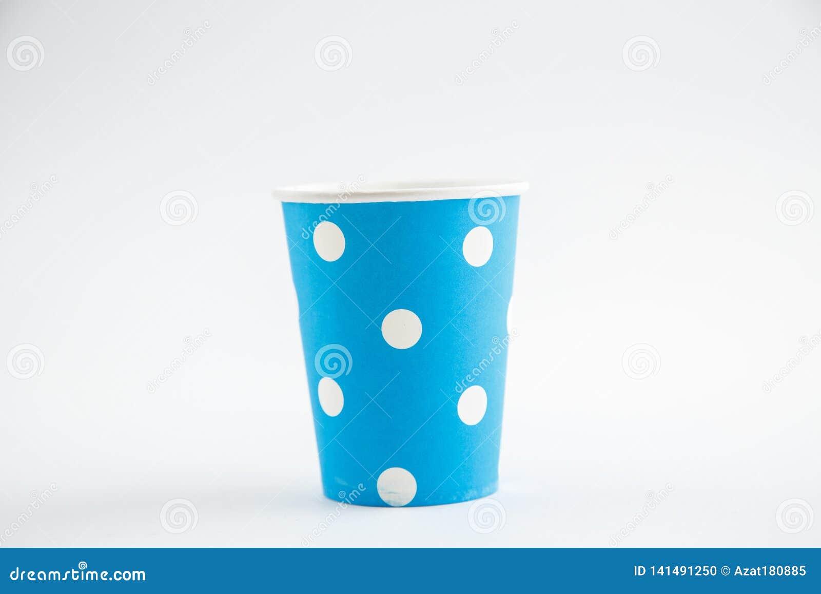 Чашки картона устранимые изолированные на белой предпосылке Вид спереди