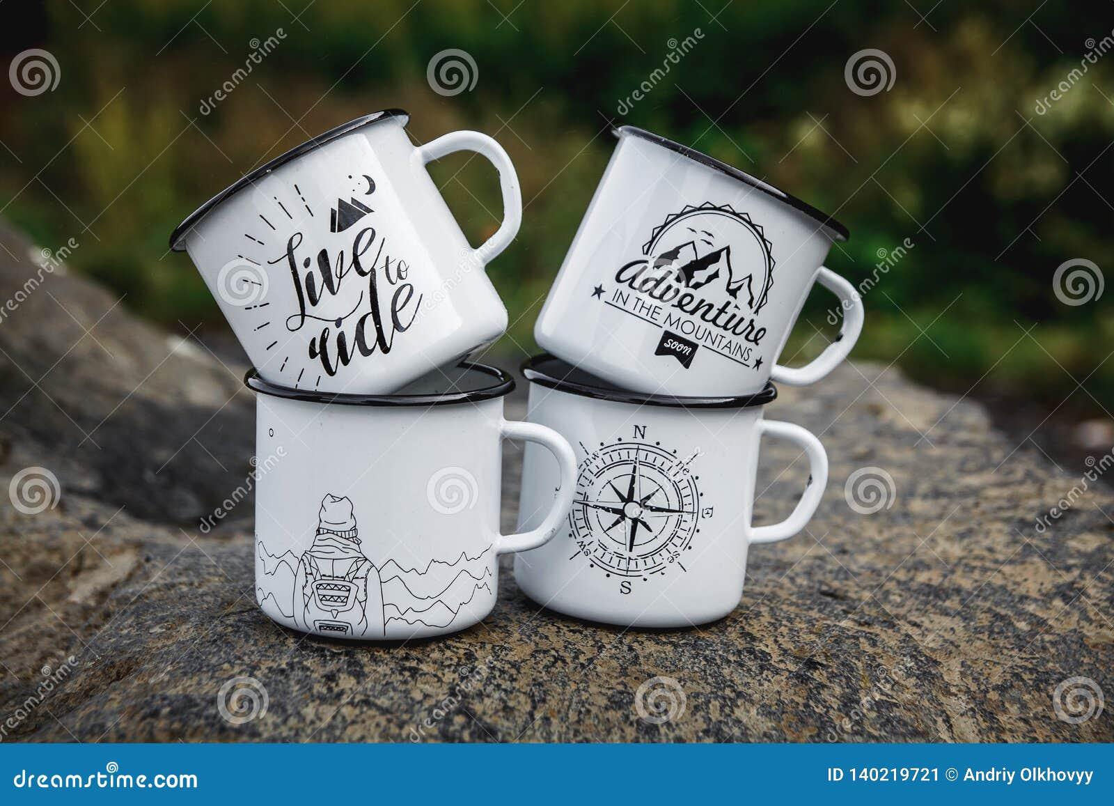 Чашки металла с на утесом в природе