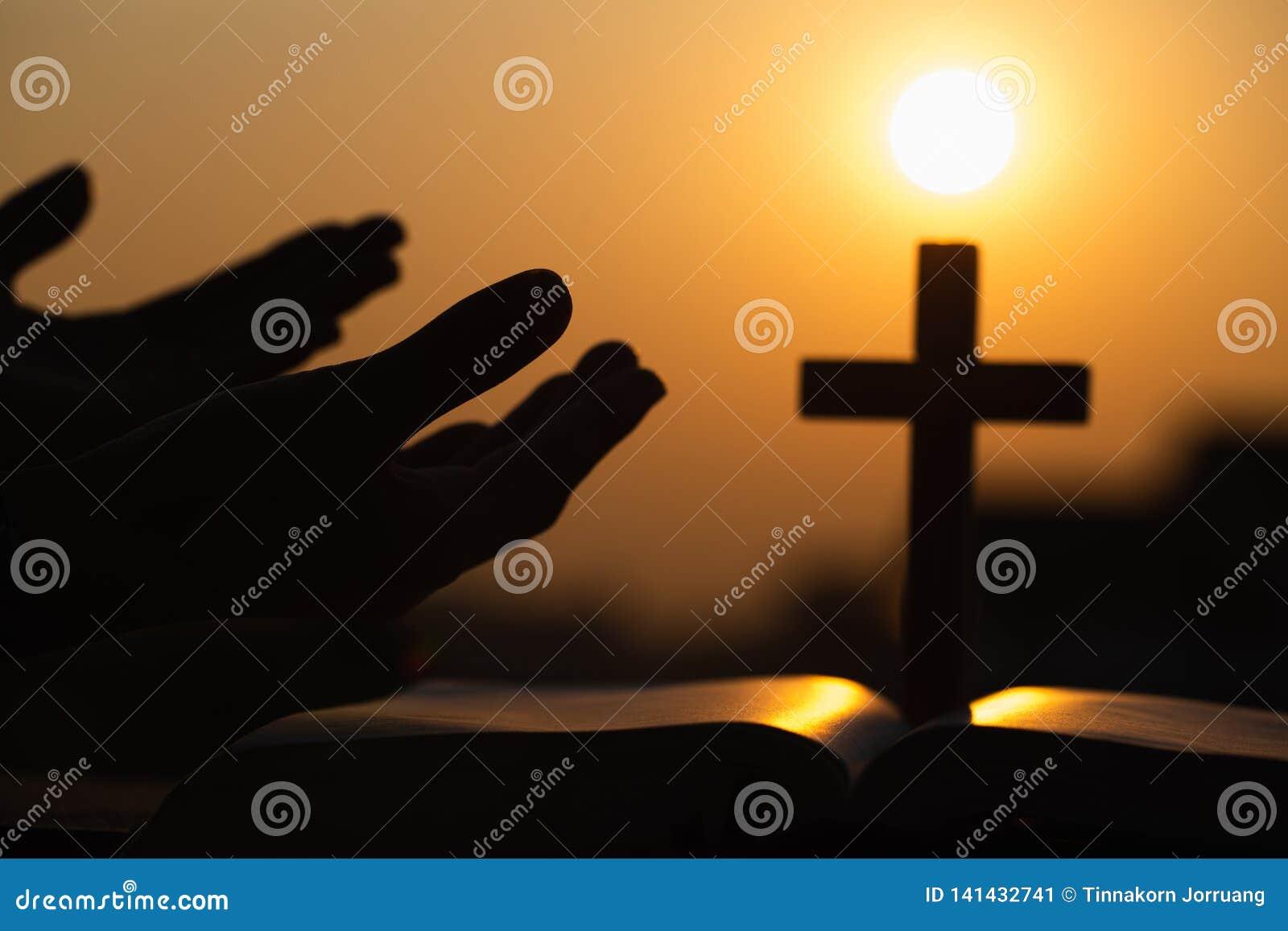 Человеческие руки раскрывают поклонение ладони поднимающее вверх бог моля к Терапия евхаристии благословляет бога порция раскаива