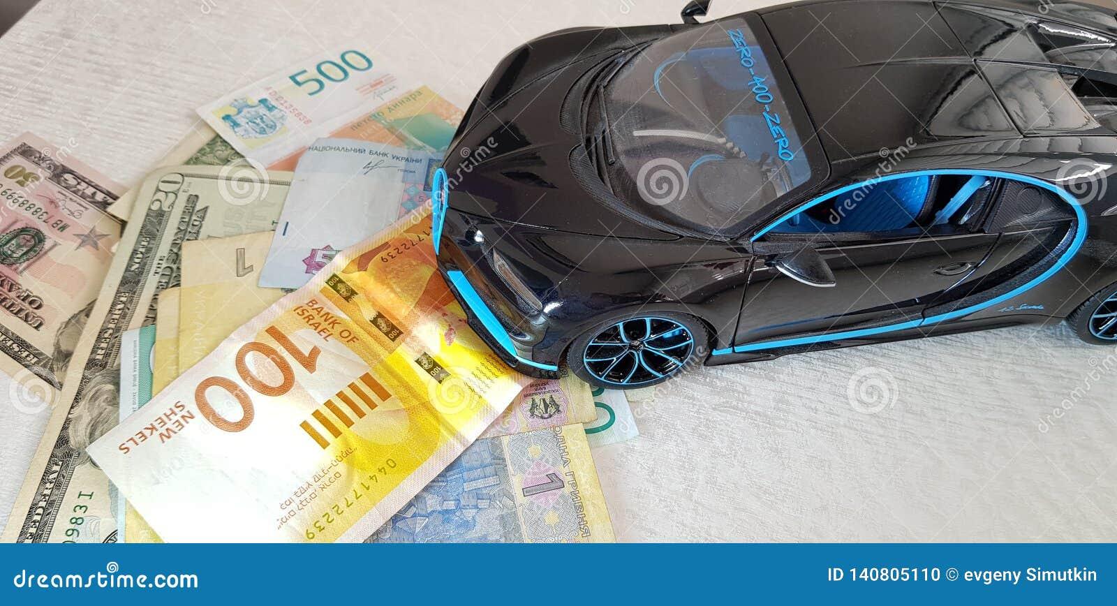 Черное положение игрушки металла Bugatti Chiron с передними колесами на деньгах бумаги различных стран