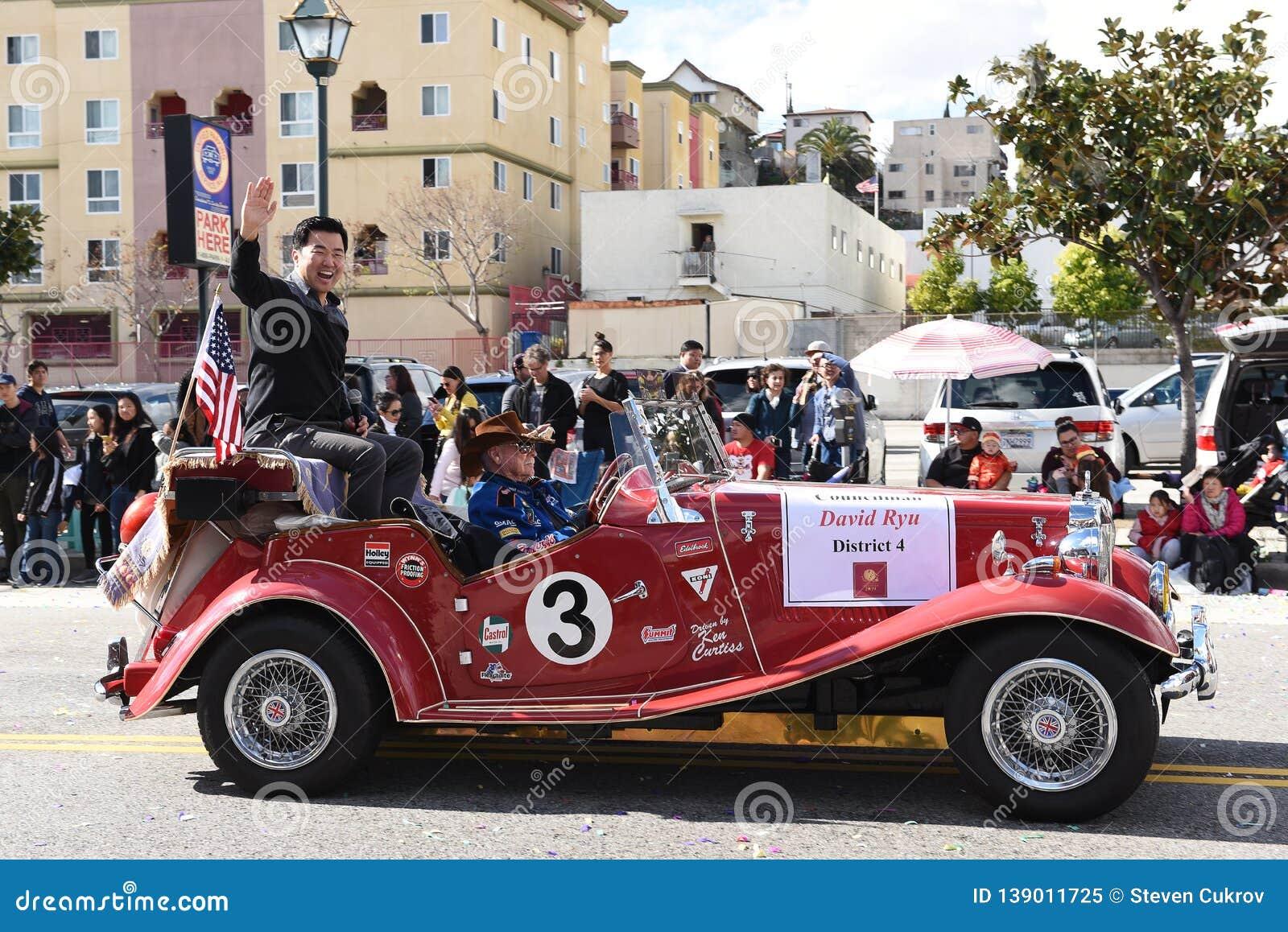 Член совета Дэвид Ryu едет в параде Нового Года Лос-Анджелеса китайском