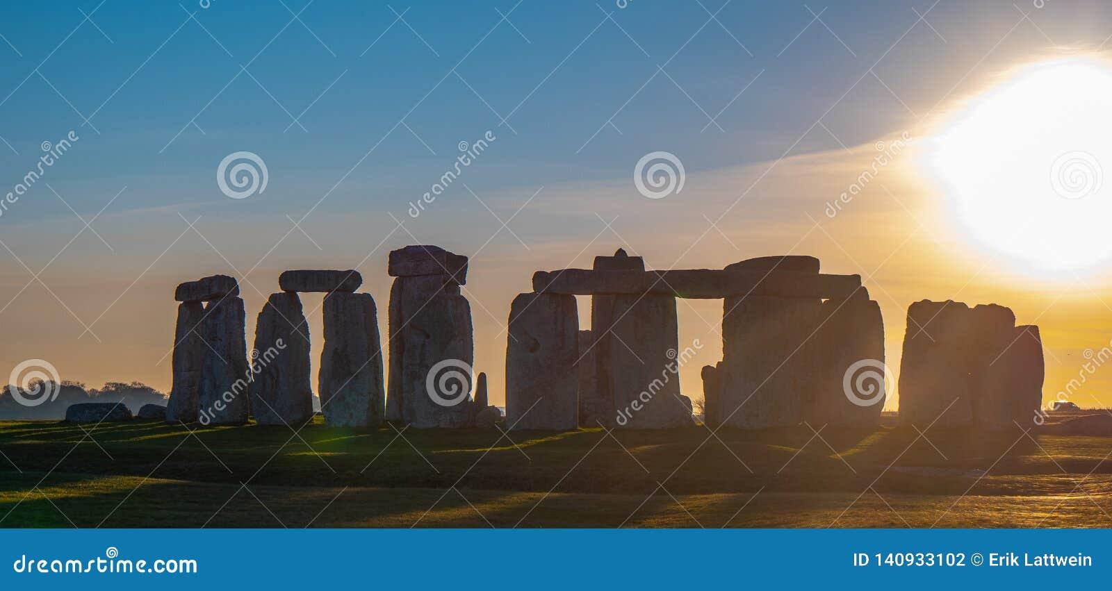 Чудесный заход солнца над Стоунхендж Англией