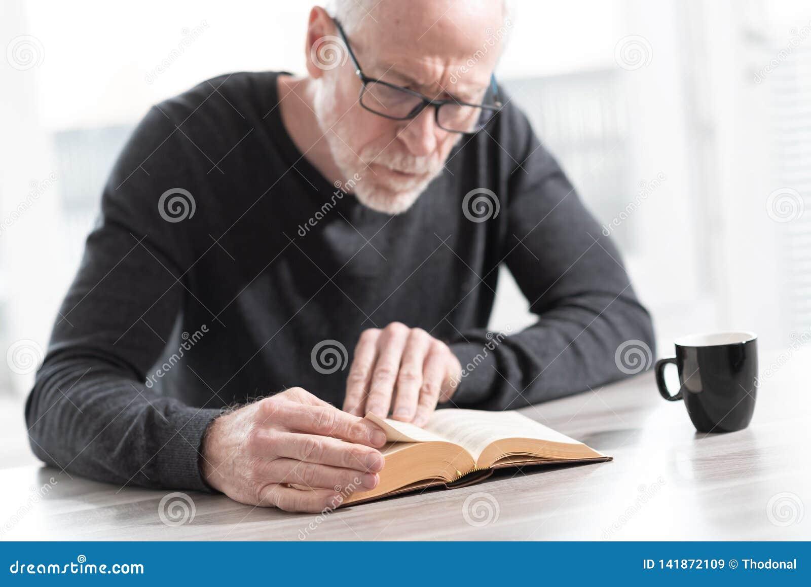 чтение человека книги
