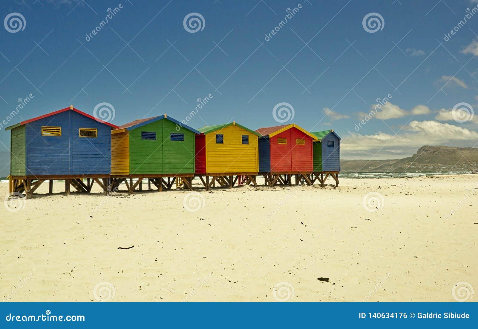 Хижины пляжа Muizenberg маленькие покрашенные