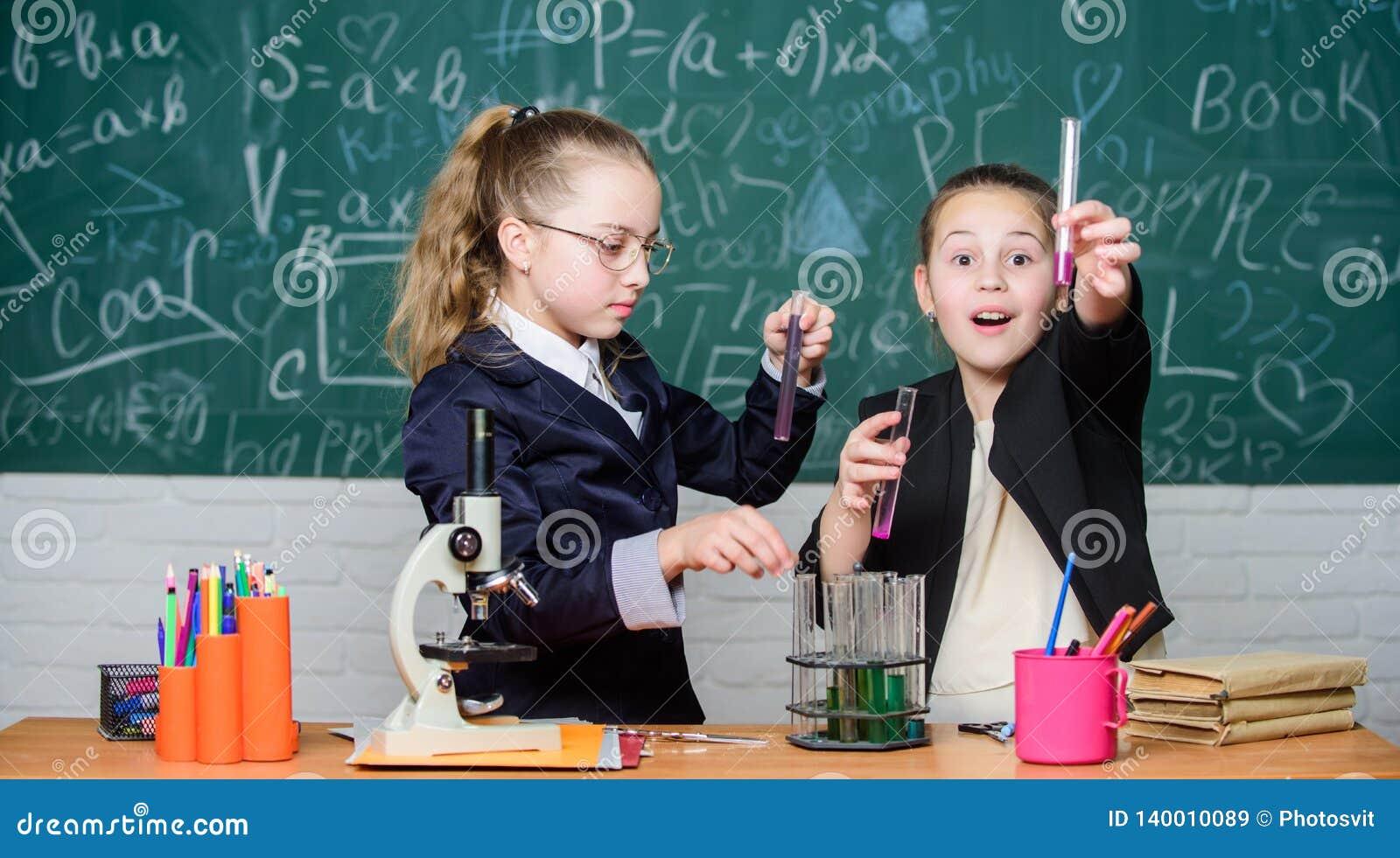 Химическая концепция эксперимента Меры безопасности для обеспечивать безопасную химическую реакцию Дети гения работают на собстве