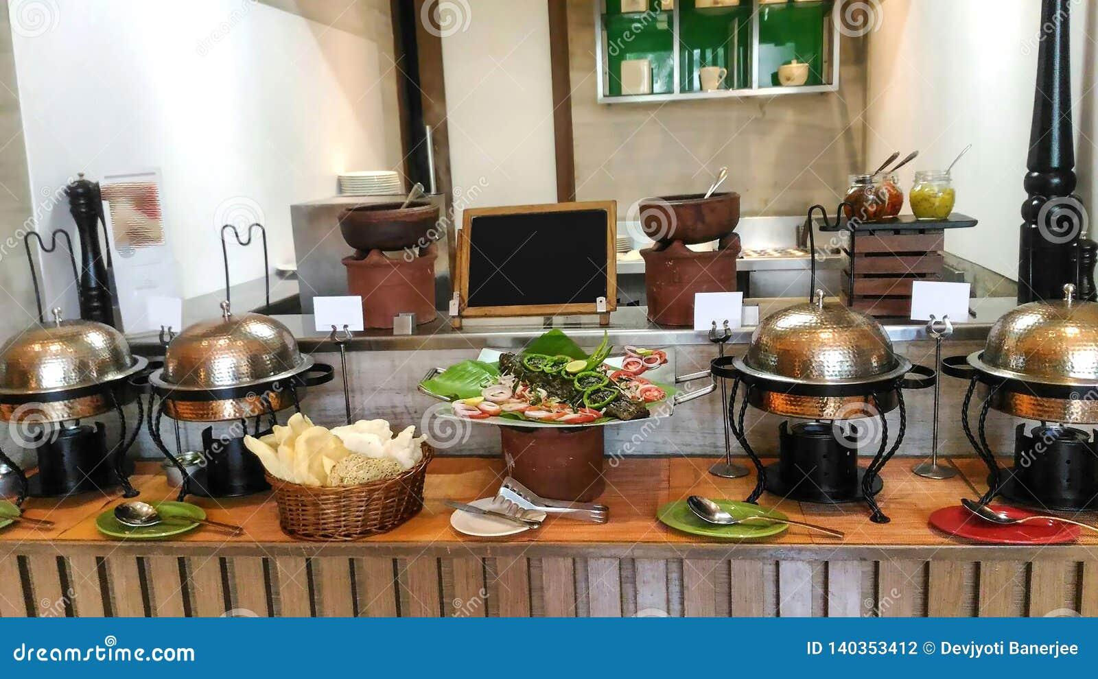 Хорошая украшенная кухня гостиницы, внутреннее художественное оформление