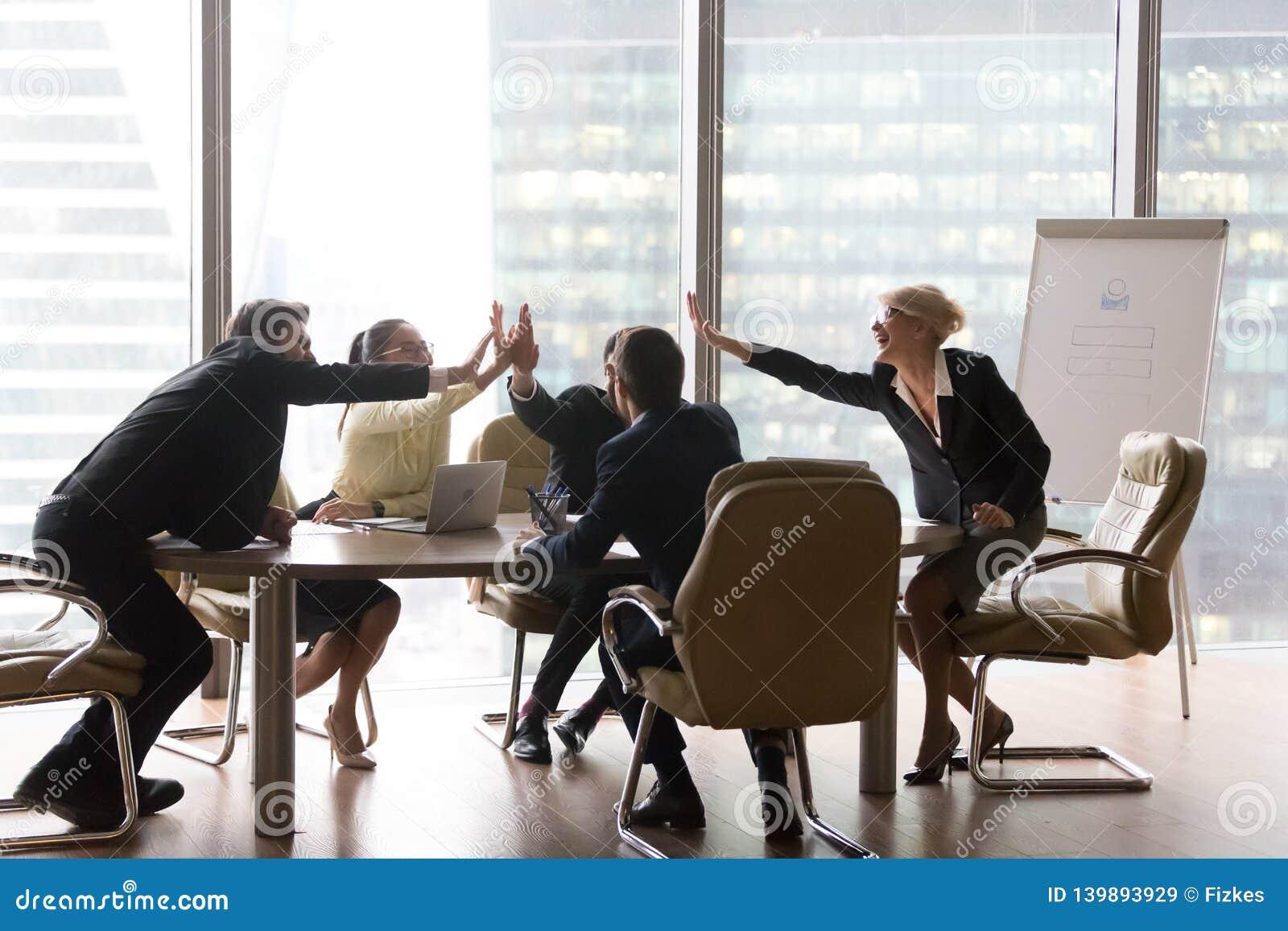 Разнообразная команда административного вопроса дает высоко 5 в современном офисе