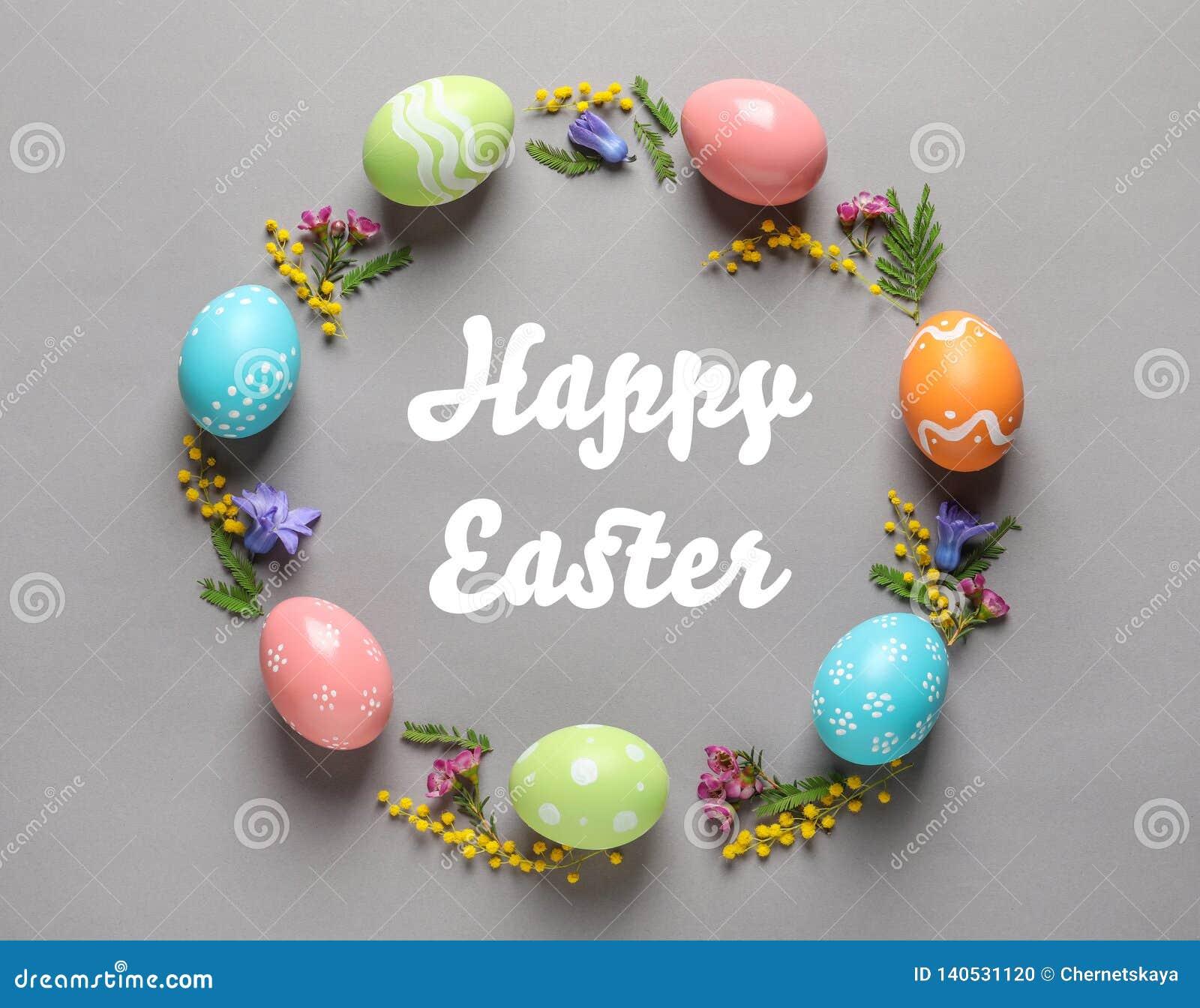 Рамка сделанная из красочных покрашенных яя и текста счастливой пасхи на предпосылке цвета