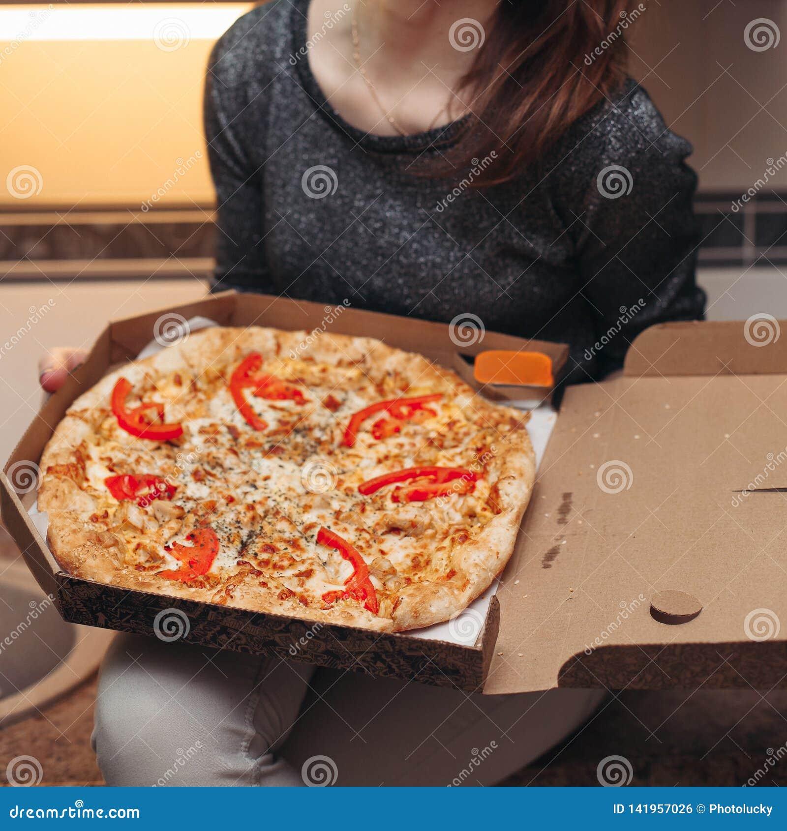 Раскрытая коробка с вкусной округленной итальянской пиццей