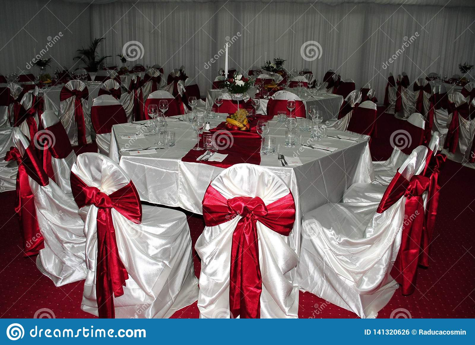 Расположение свадьбы с белыми и красными стульями ждать гостей g