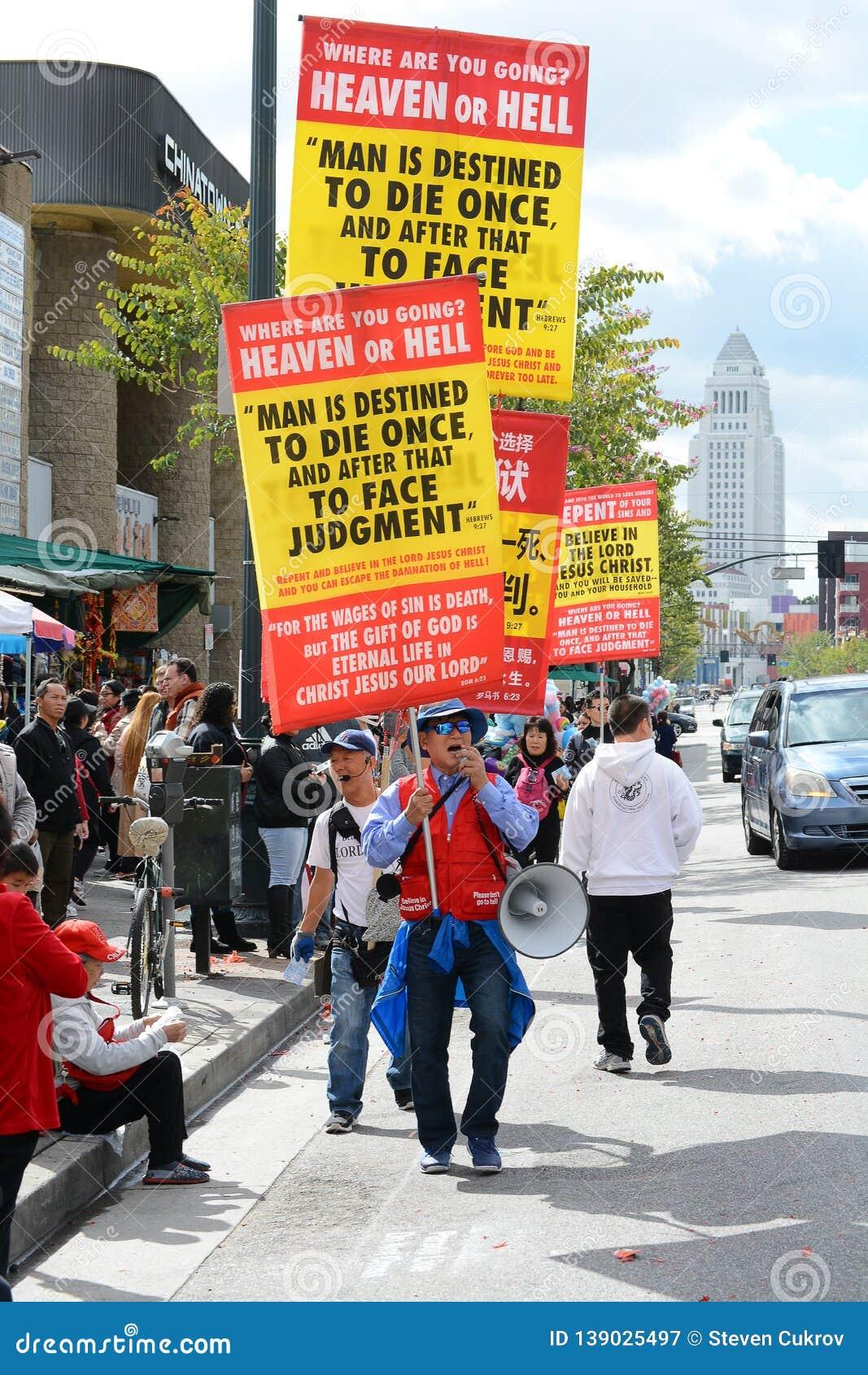 Религиозные демонстранты на параде Нового Года Лос-Анджелеса китайском