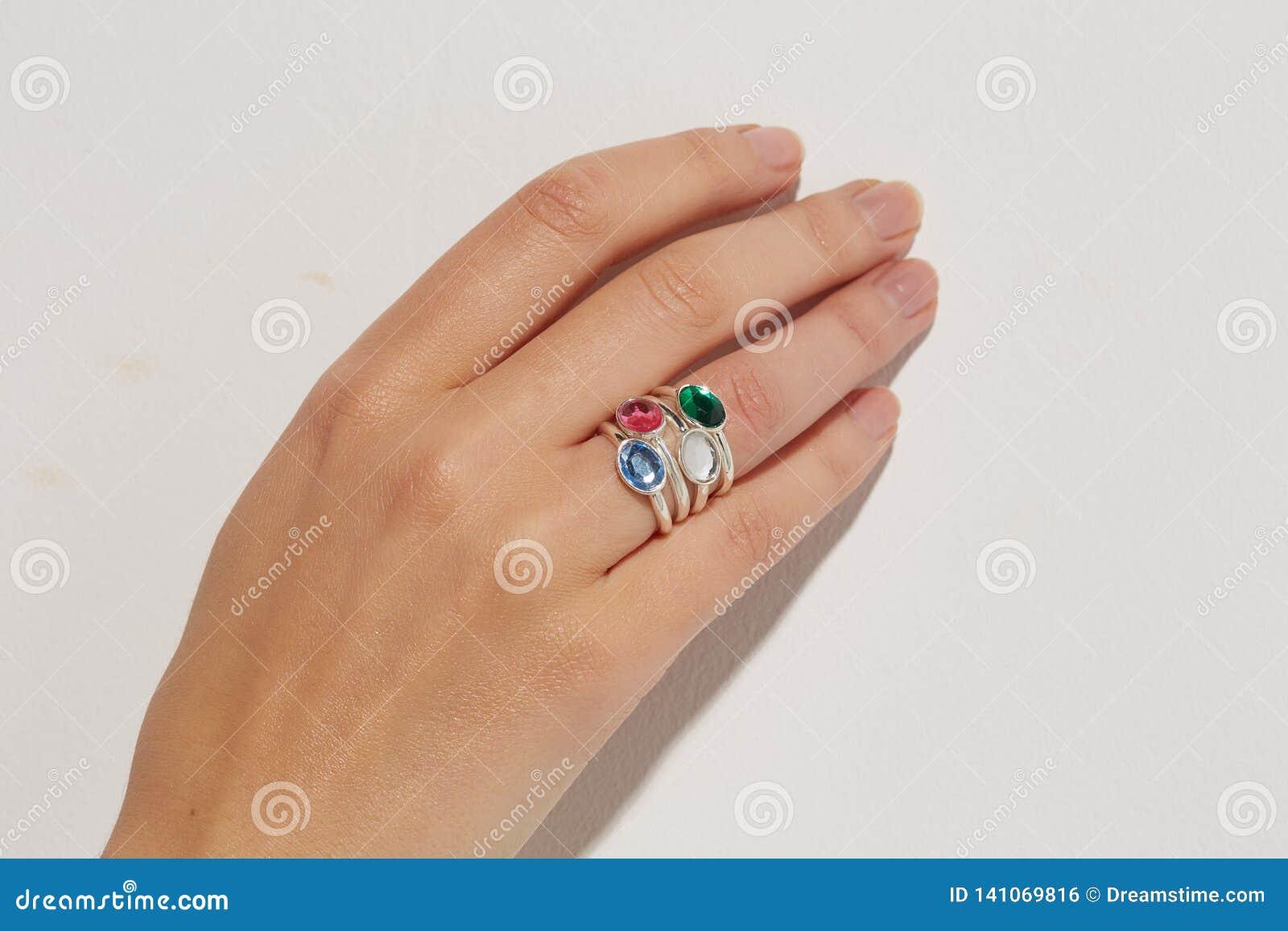 Рука женщины с кольцом