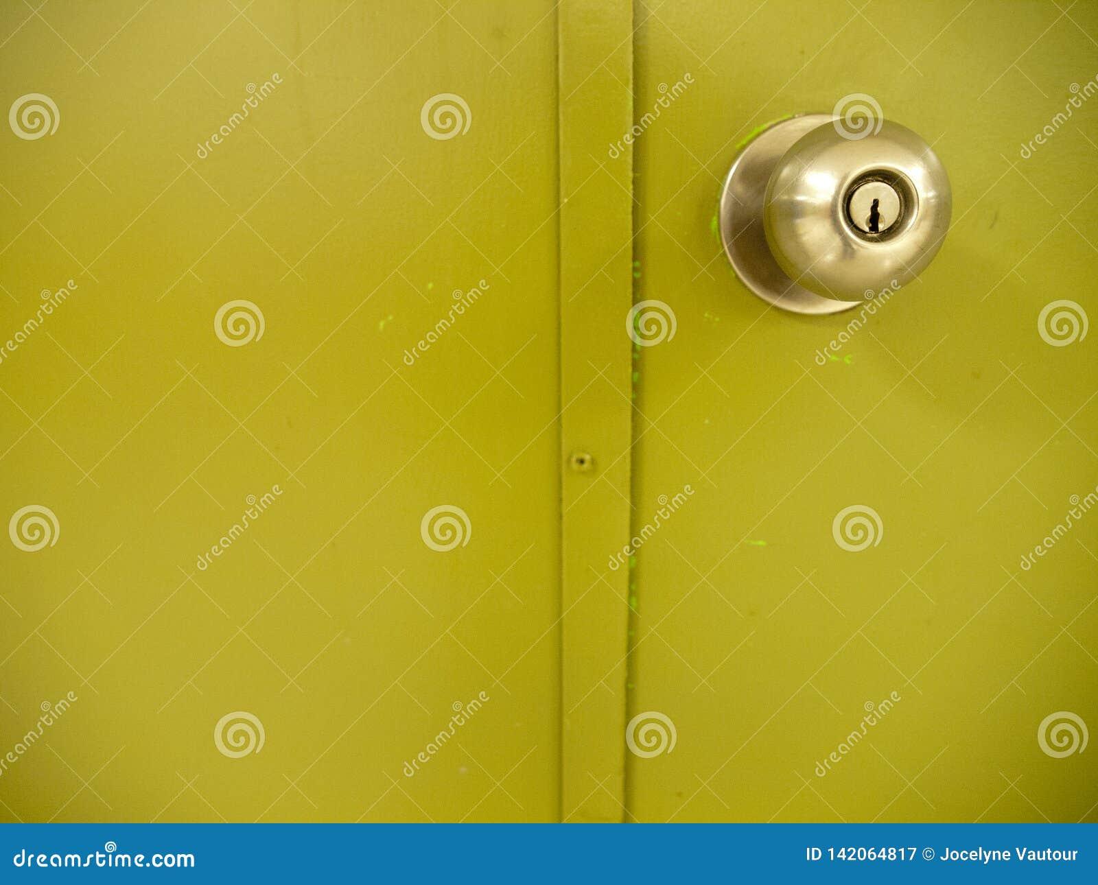 Ручка двери со светло-зеленой дверью