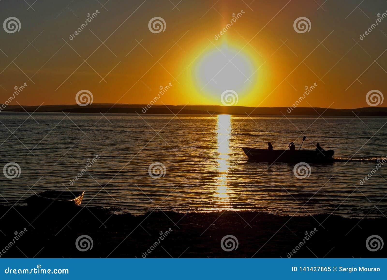 Рыболовы на сумраке на реке São Франсиско
