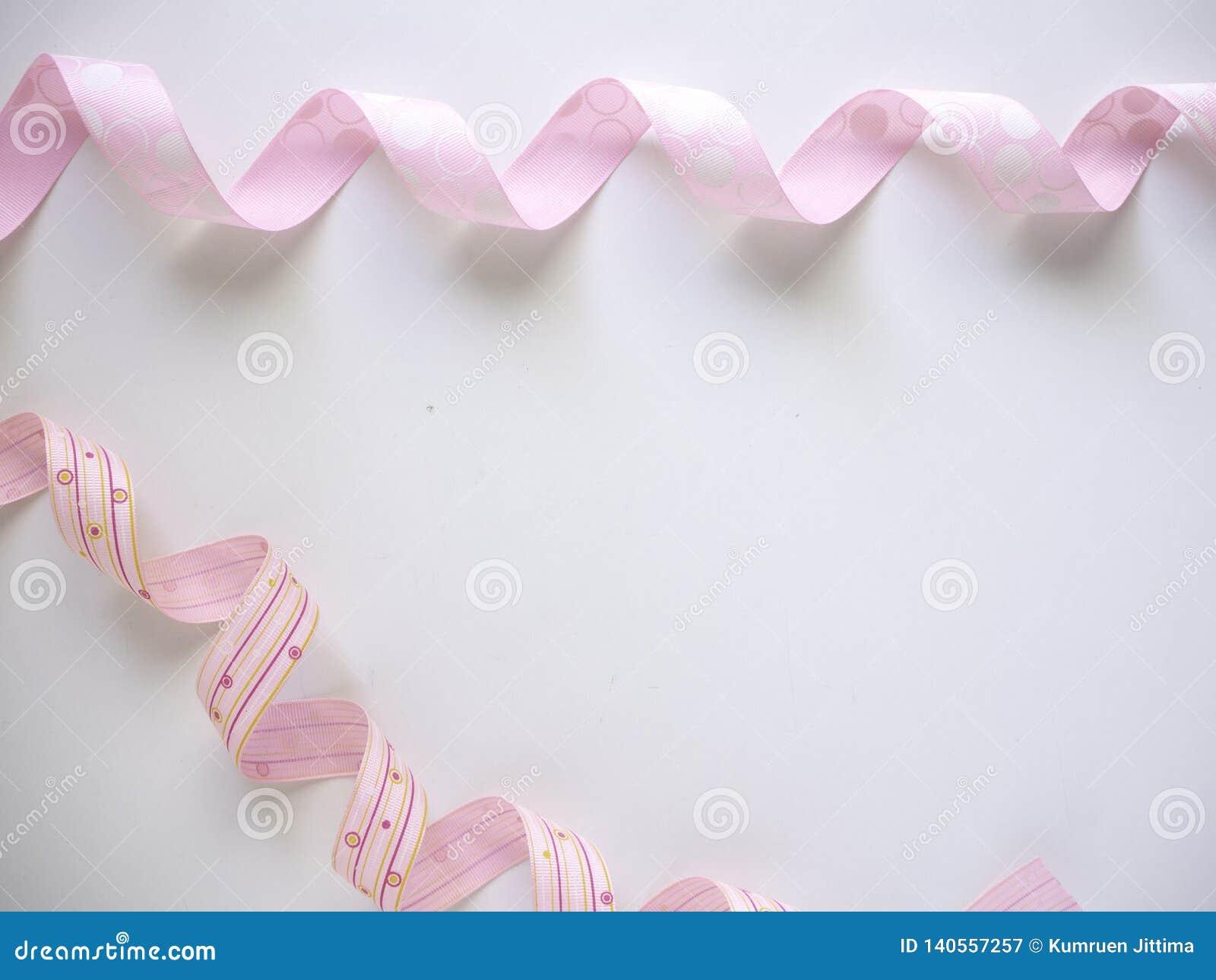 Розовая курчавая лента на белом