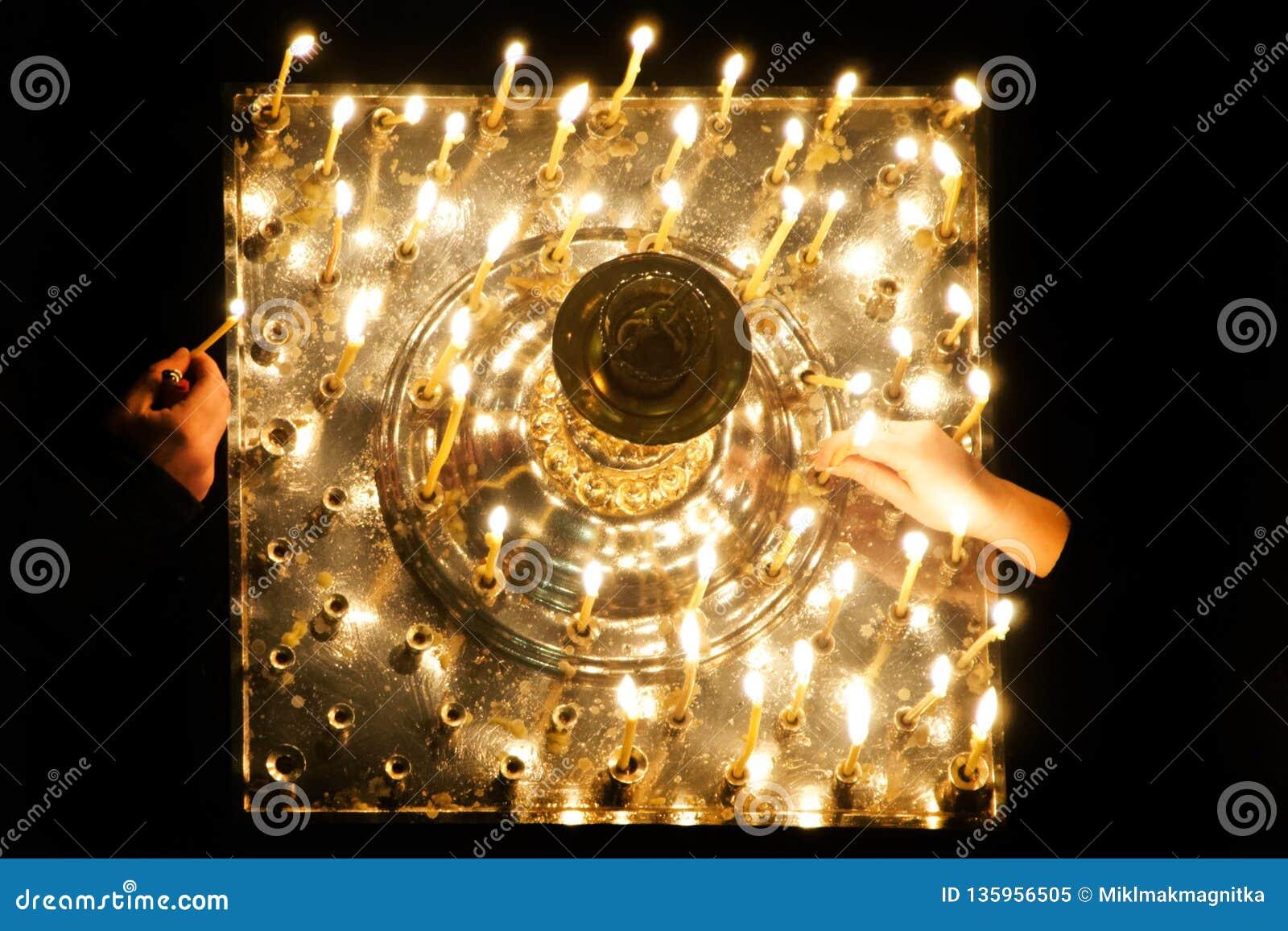 Россия, город Магнитогорск, - 7-ое января 2019 Освещать свечи в православной церков церков города В памяти о тех убитых во время