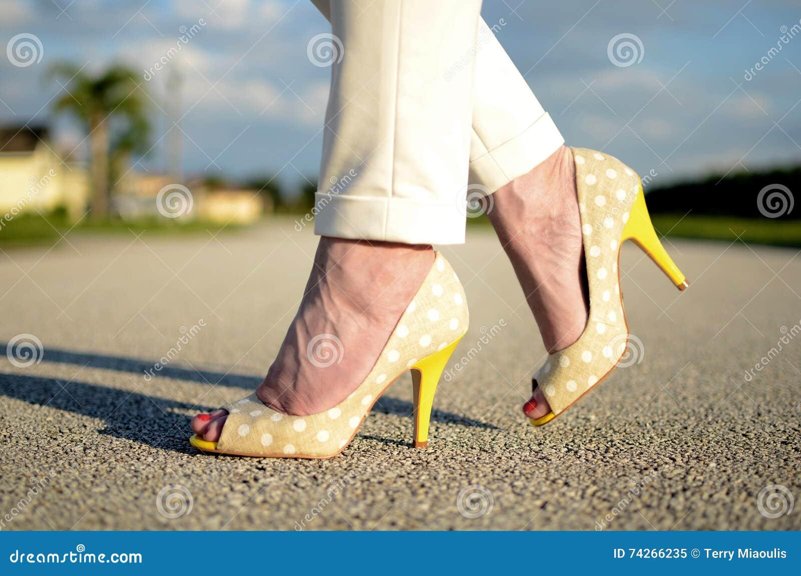 Żółci szpilka buty na kobieta ciekach