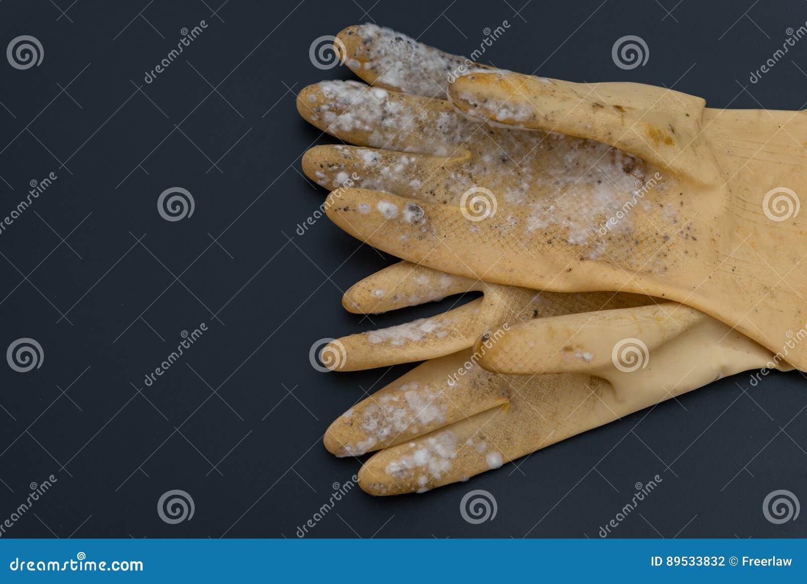 Żółta pleśniowa rękawiczka na czerni