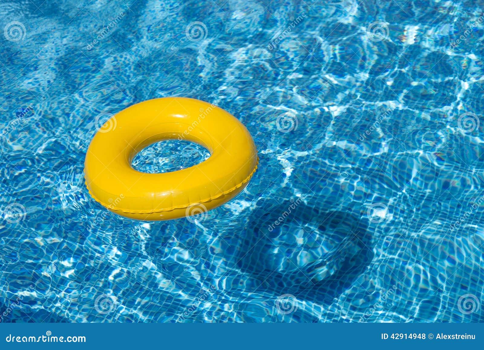 Żółty basenu pławik, basenu pierścionek w chłodno błękitnym refreshi