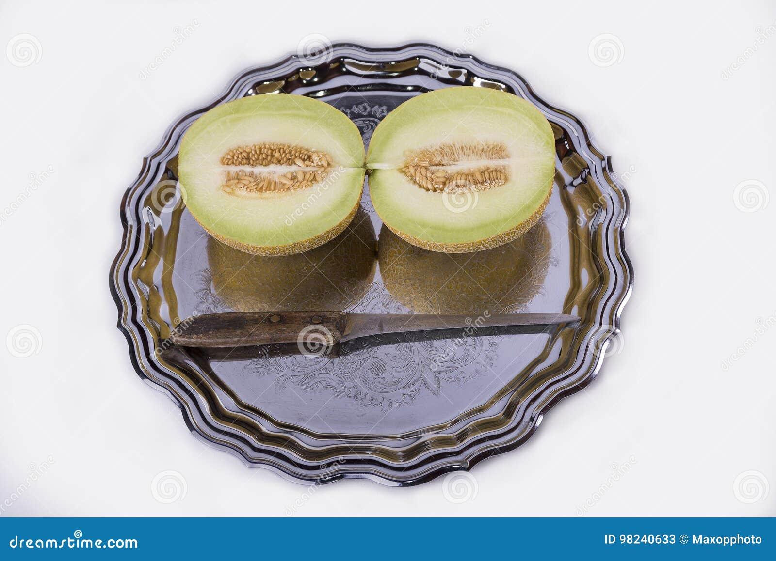 Żółty melon lub kantalup na starej tacy na białym backgrou
