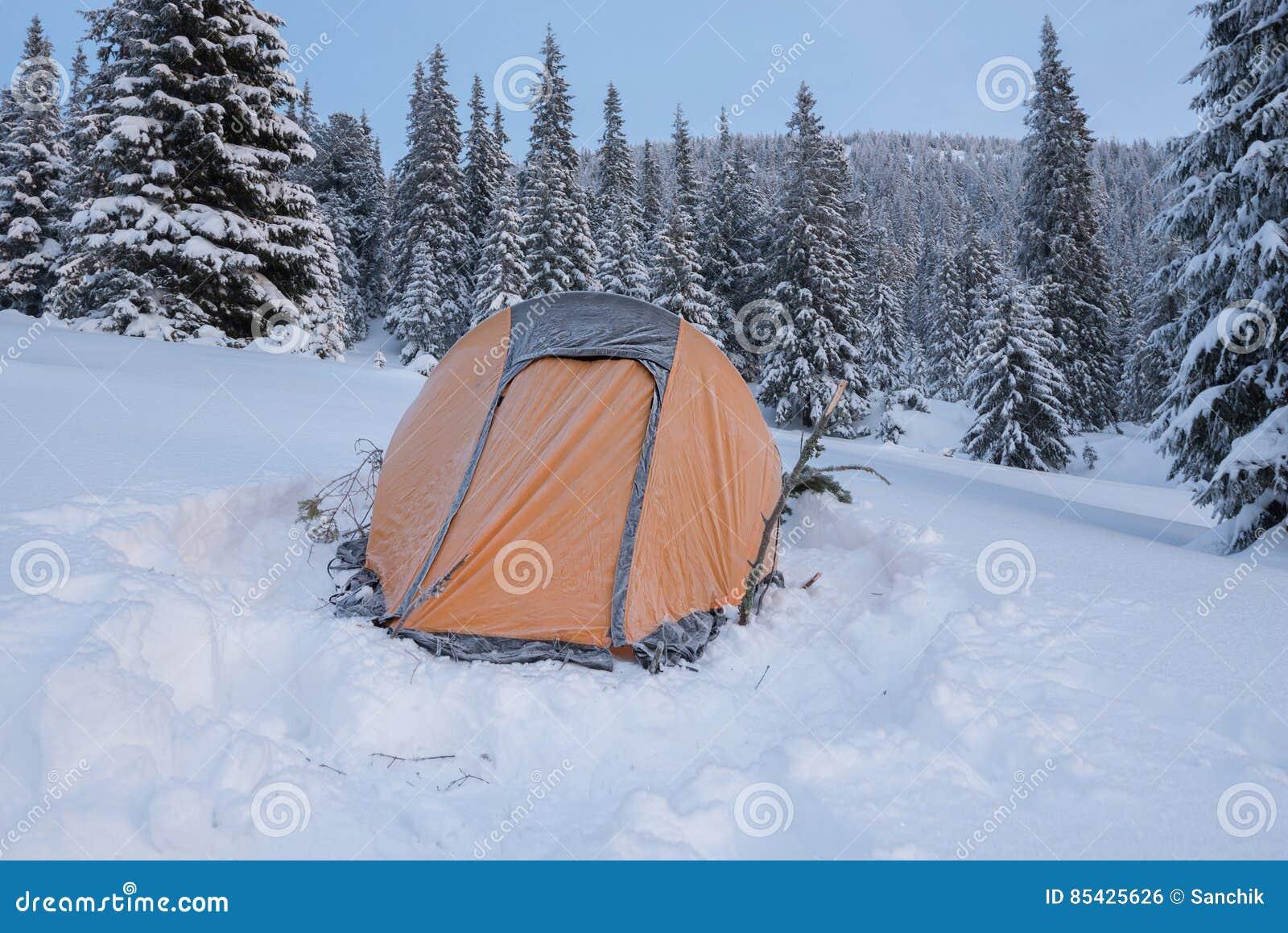 Żółty namiot zakrywający z mrozem - zakończenie up