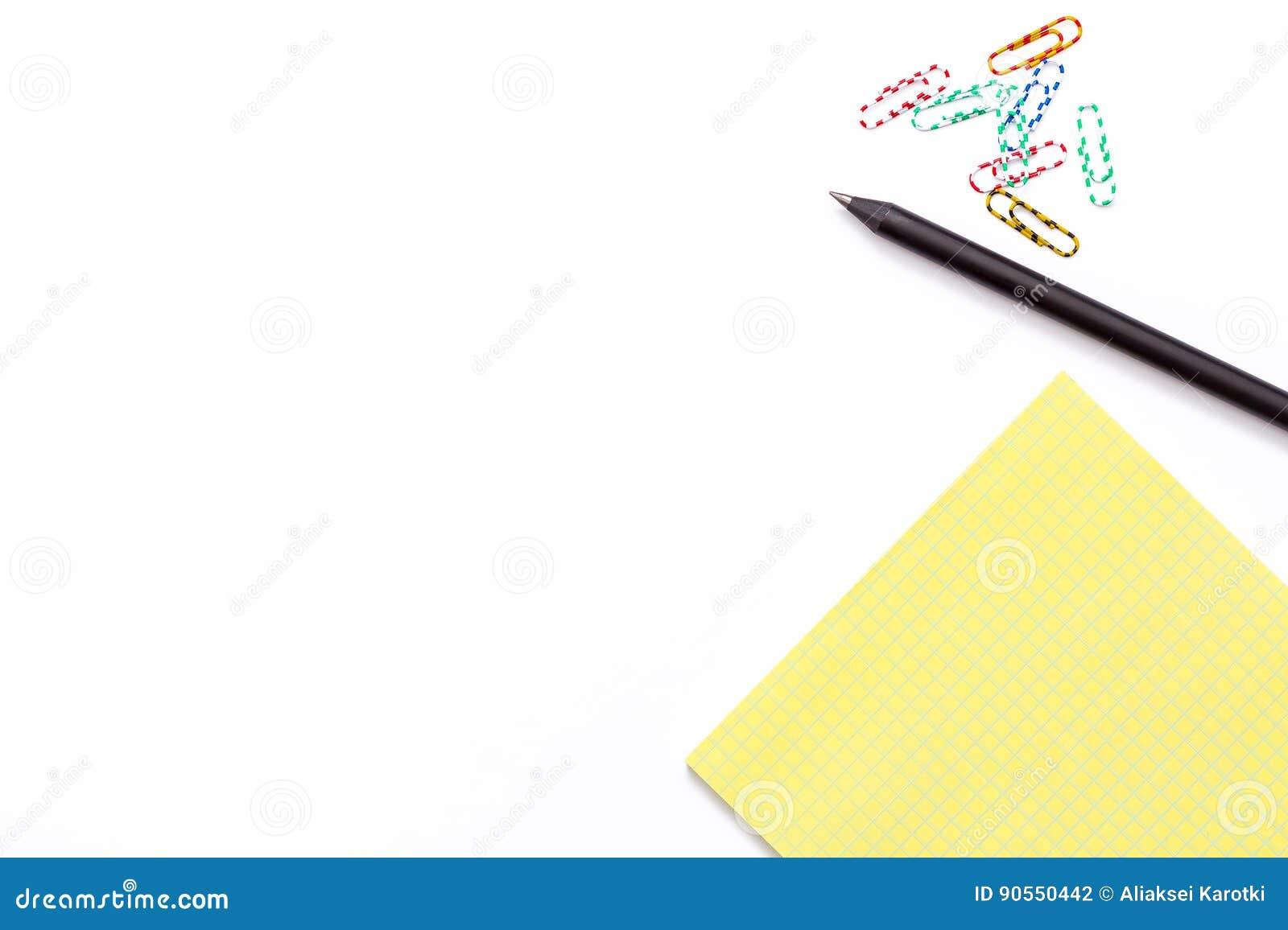 Żółty Notepad, czarny pióro i kolorowa papierowa klamerka na białym tle, Minimalny pracujący pojęcie dla biura, szkoła, uniwersyt
